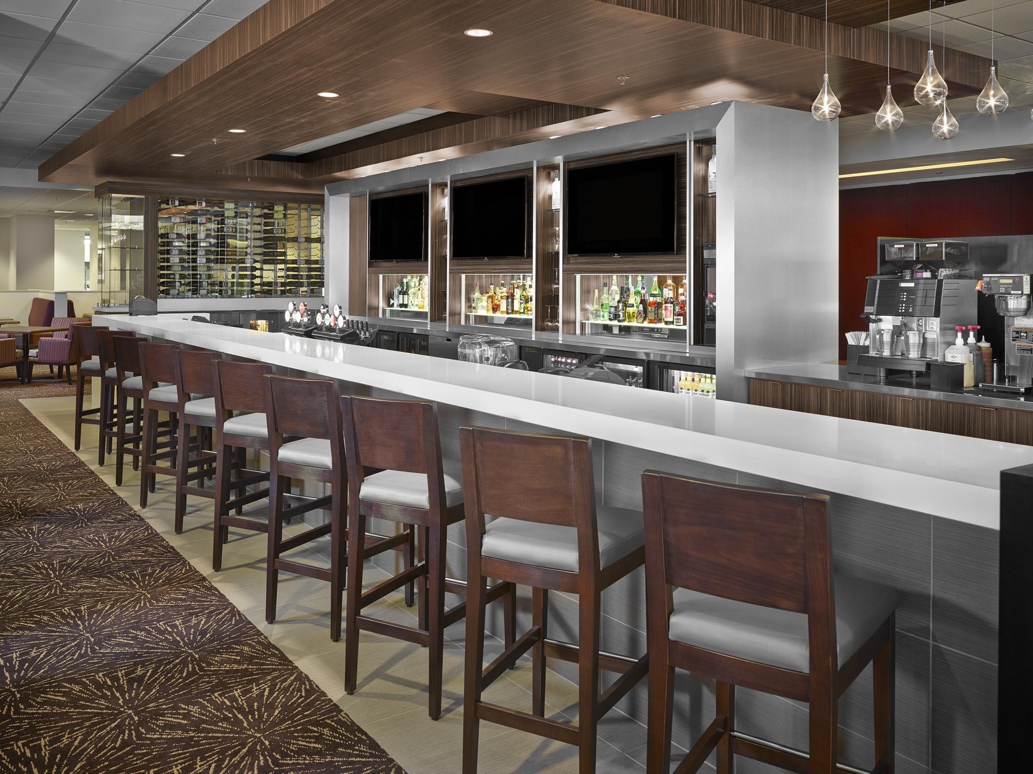 DoubleTree by Hilton Hotel West Edmonton in Edmonton: Stages Bar Area