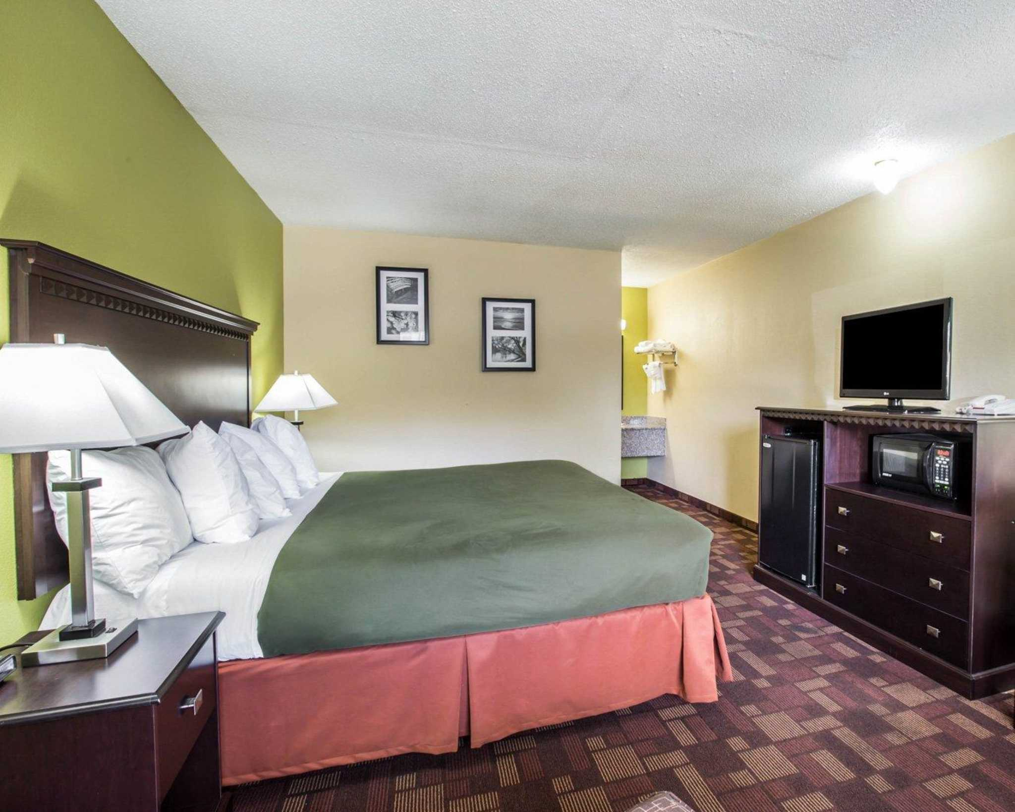 Econo Lodge Biltmore image 14