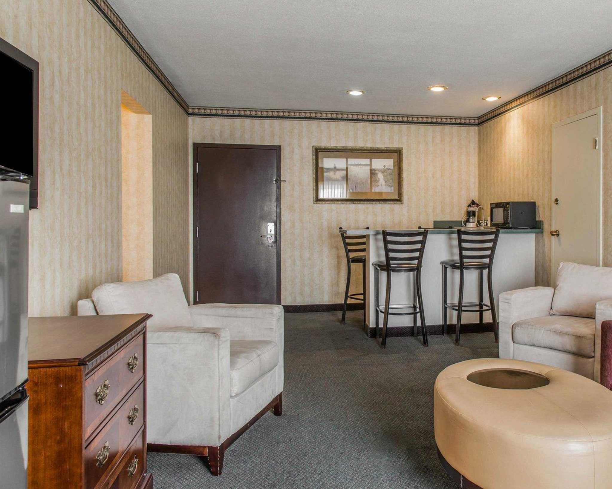 Rodeway Inn & Suites Bradley Airport image 11
