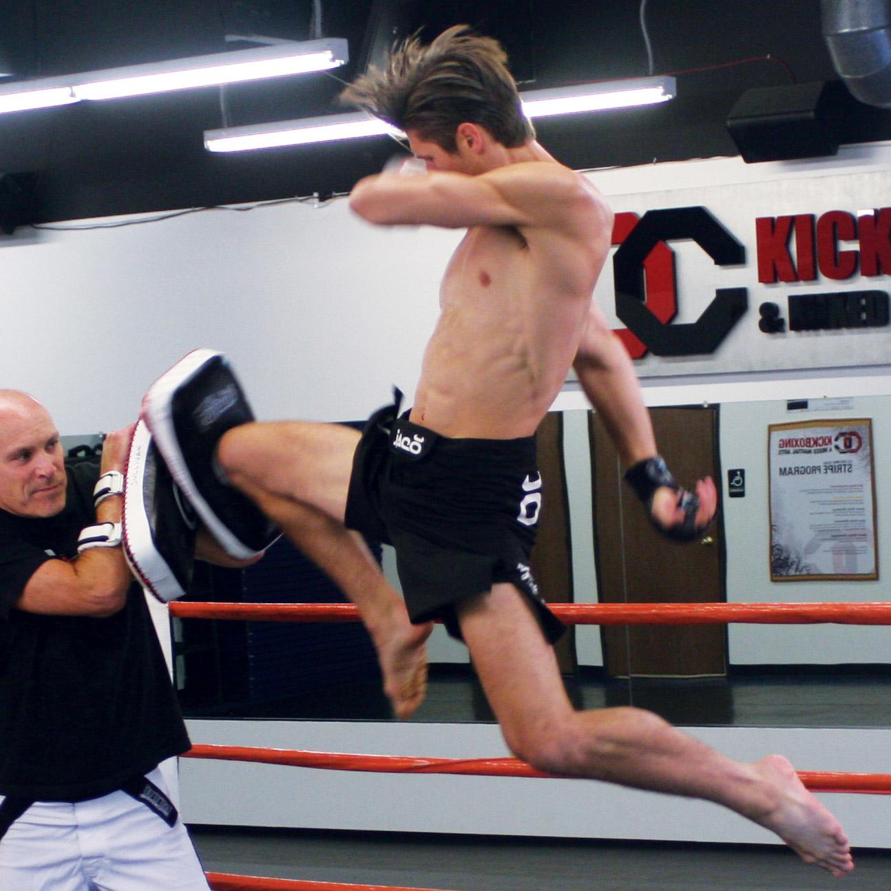 Kru Peter's flying knee!