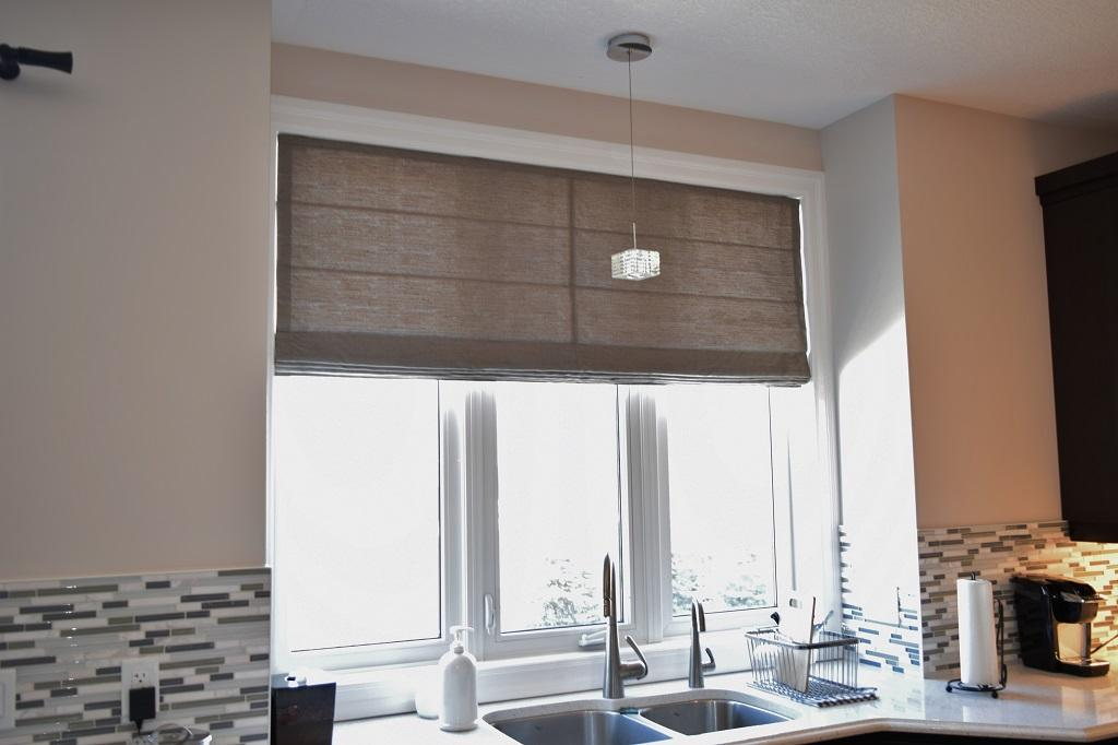 Budget Blinds à Waterloo: A roman shade is a great way to soften a kitchen which is otherwise overwhelmed by hard surfaces.