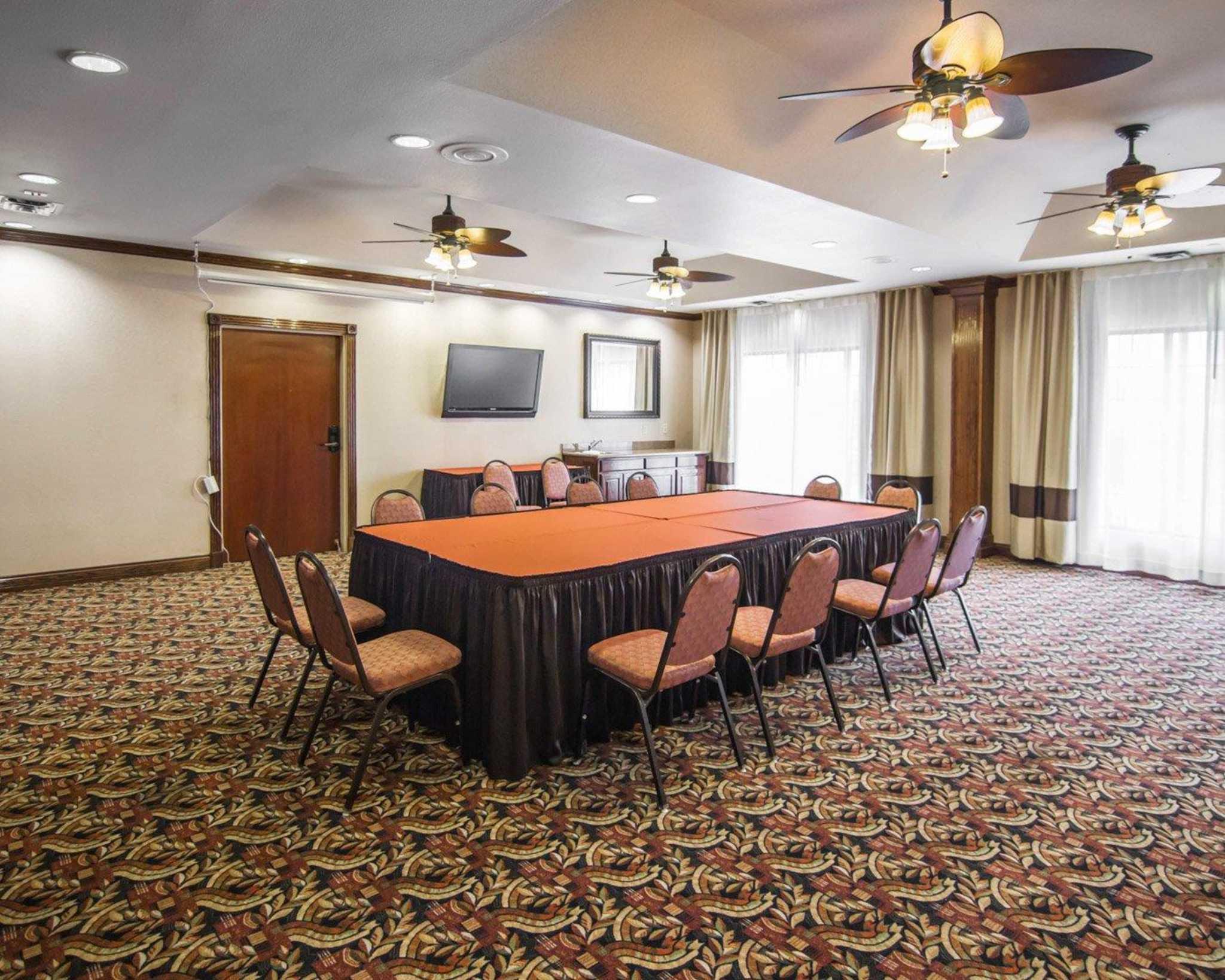 Comfort Suites Marshall image 17