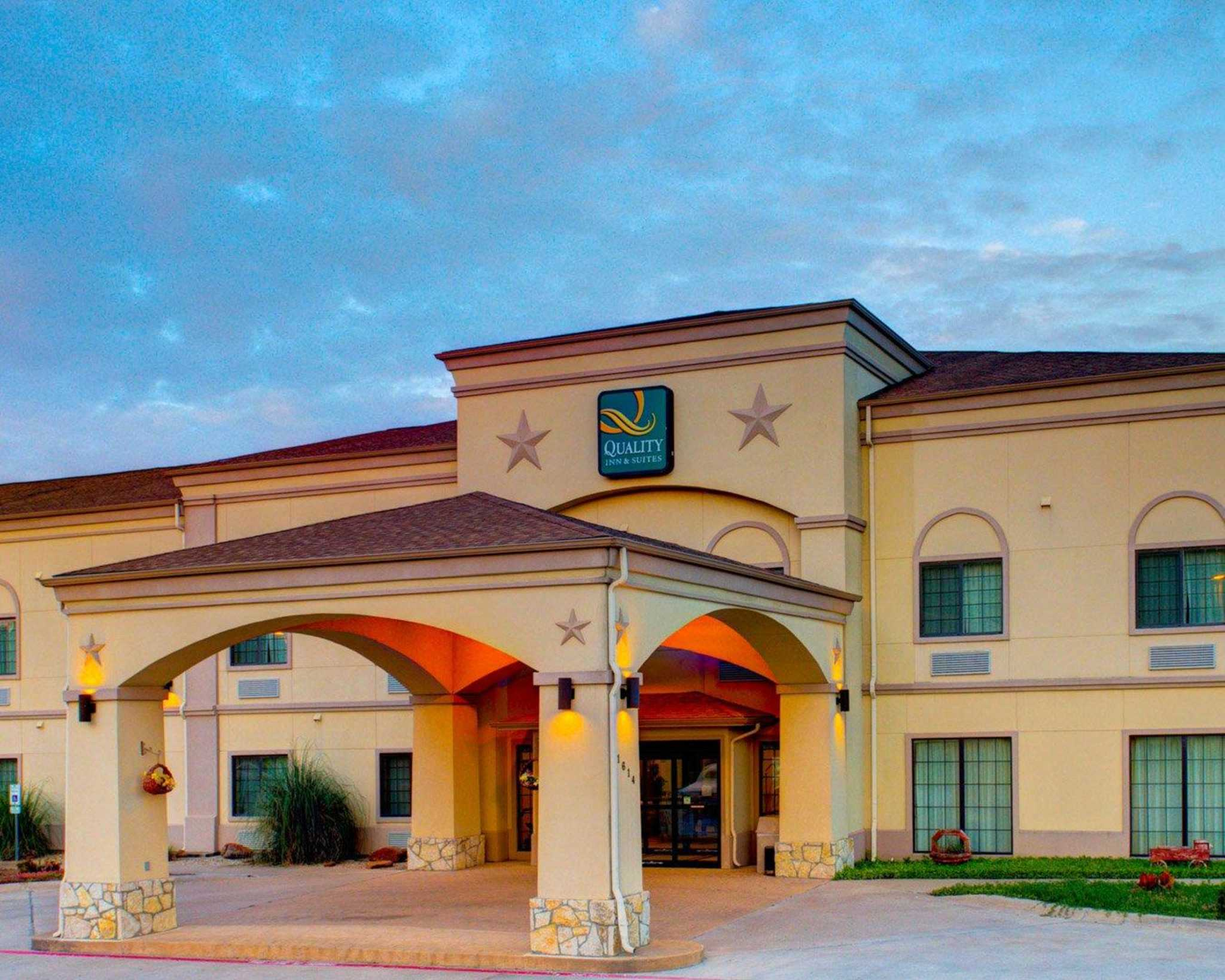 Quality inn suites 1614 ne big bend trail glen rose for Cabins near glen rose tx