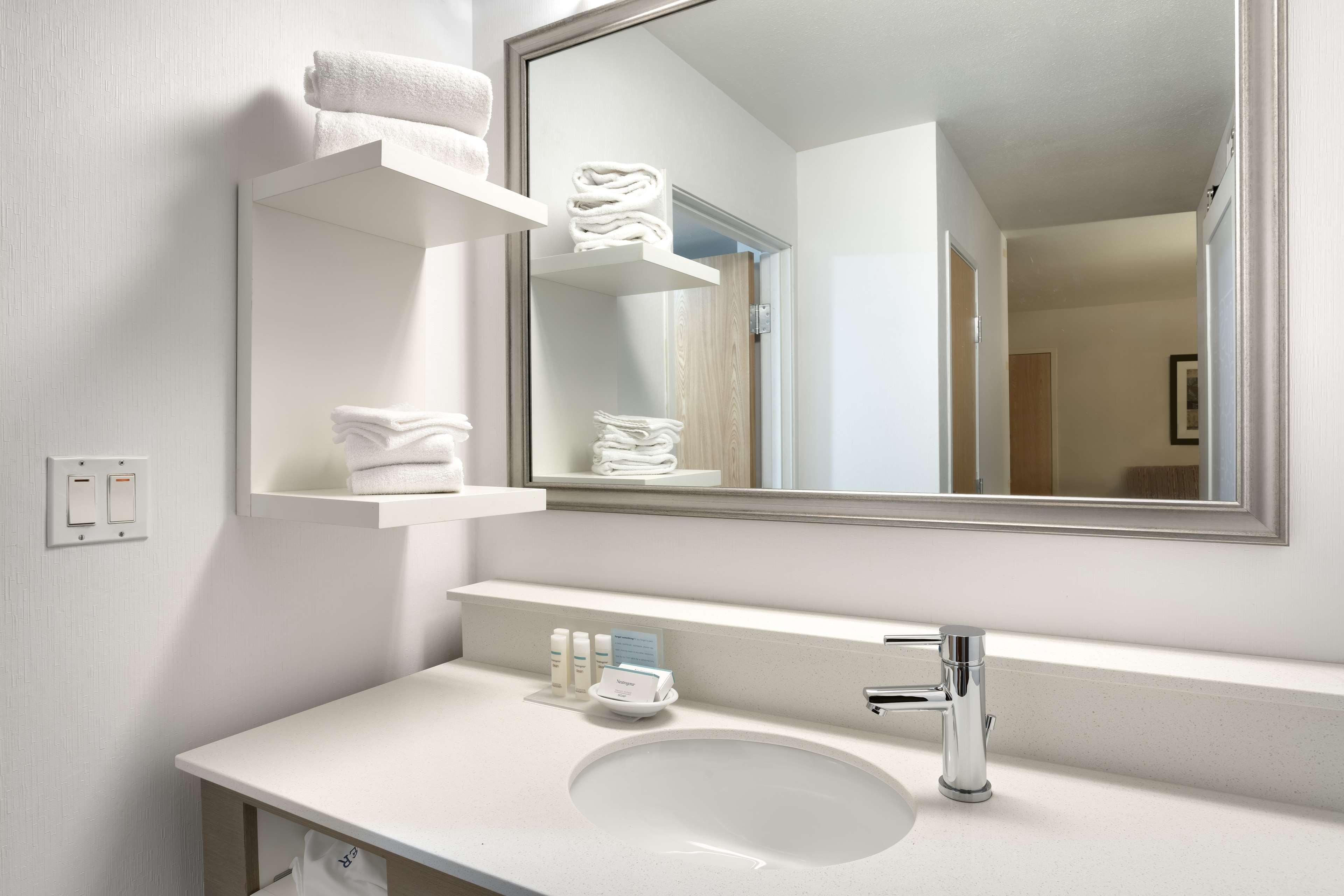 Hampton Inn & Suites Orem image 9