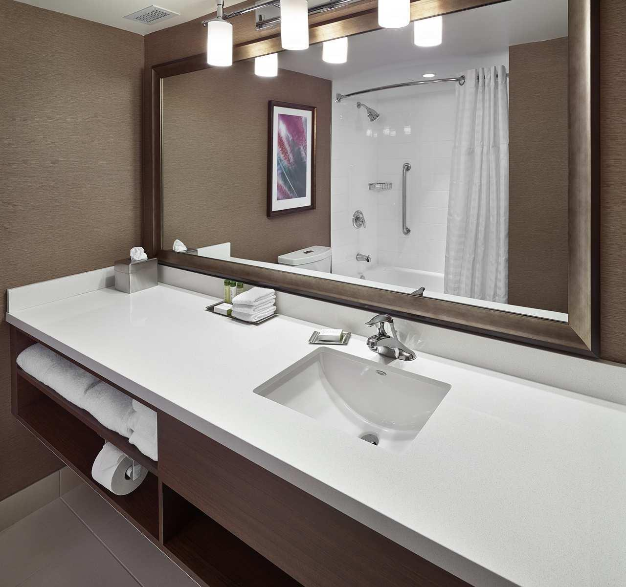 DoubleTree by Hilton Hotel West Edmonton in Edmonton: Two Queen Beds Bathroom with Tub