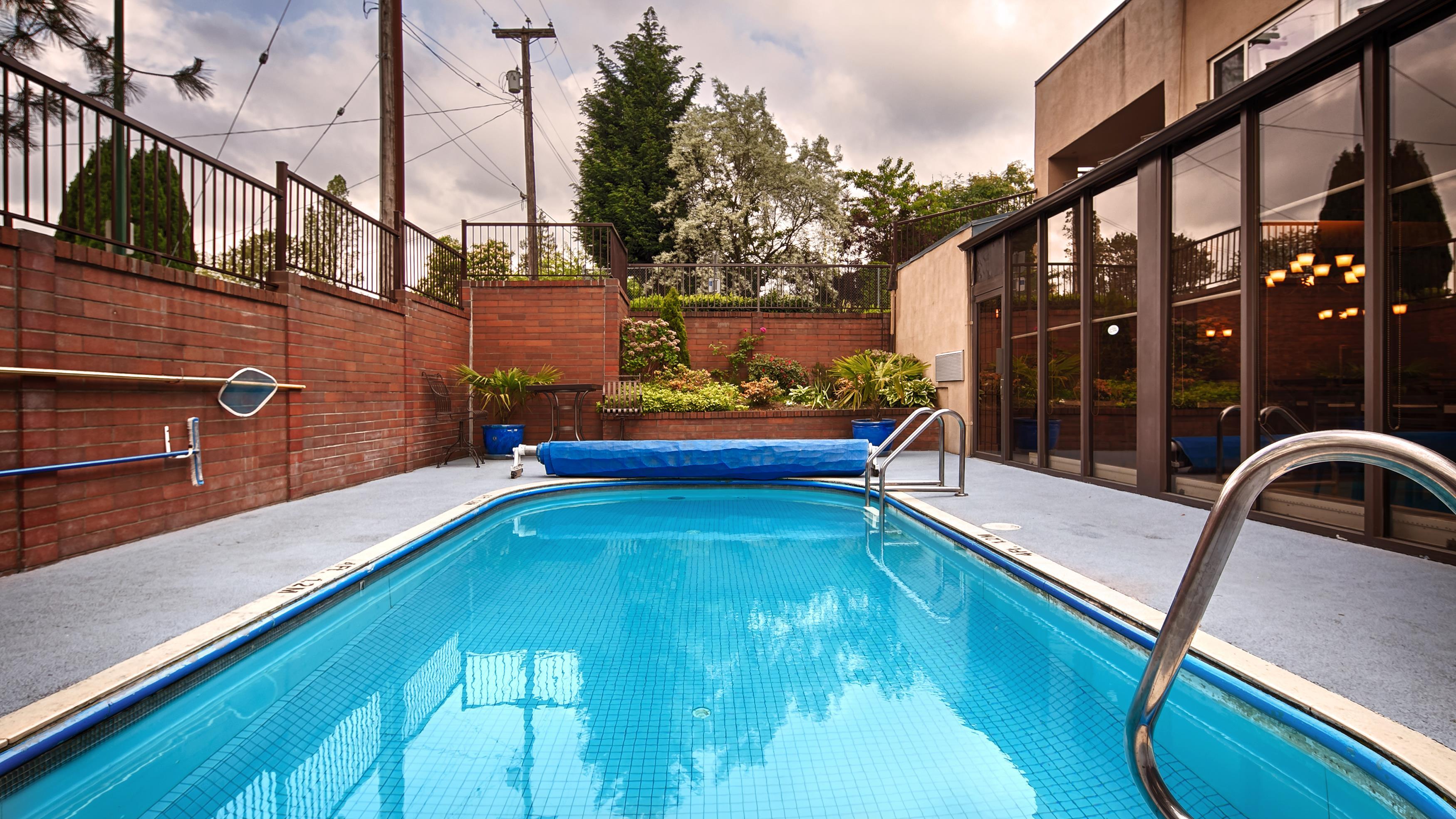 Best Western Chelsea Inn in Coquitlam: Outdoor Pool
