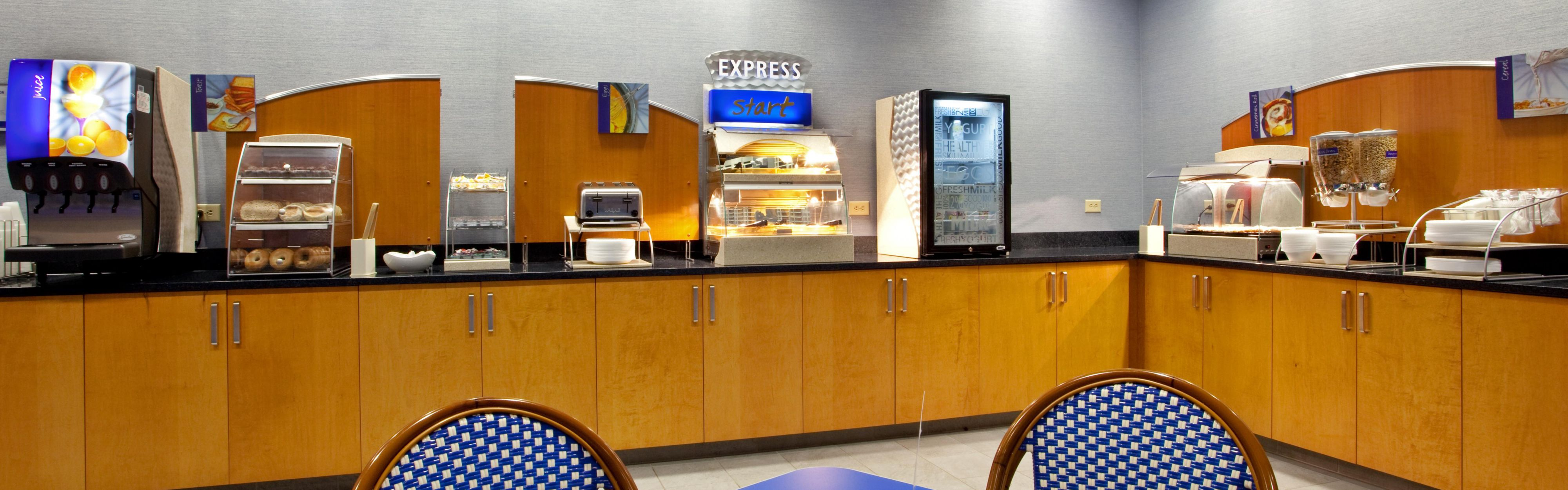 Holiday Inn Express & Suites Norfolk Airport image 3