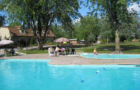 Montreal South KOA à St Philippe de Laprairie: Parents unwind while children play in Wading Pool