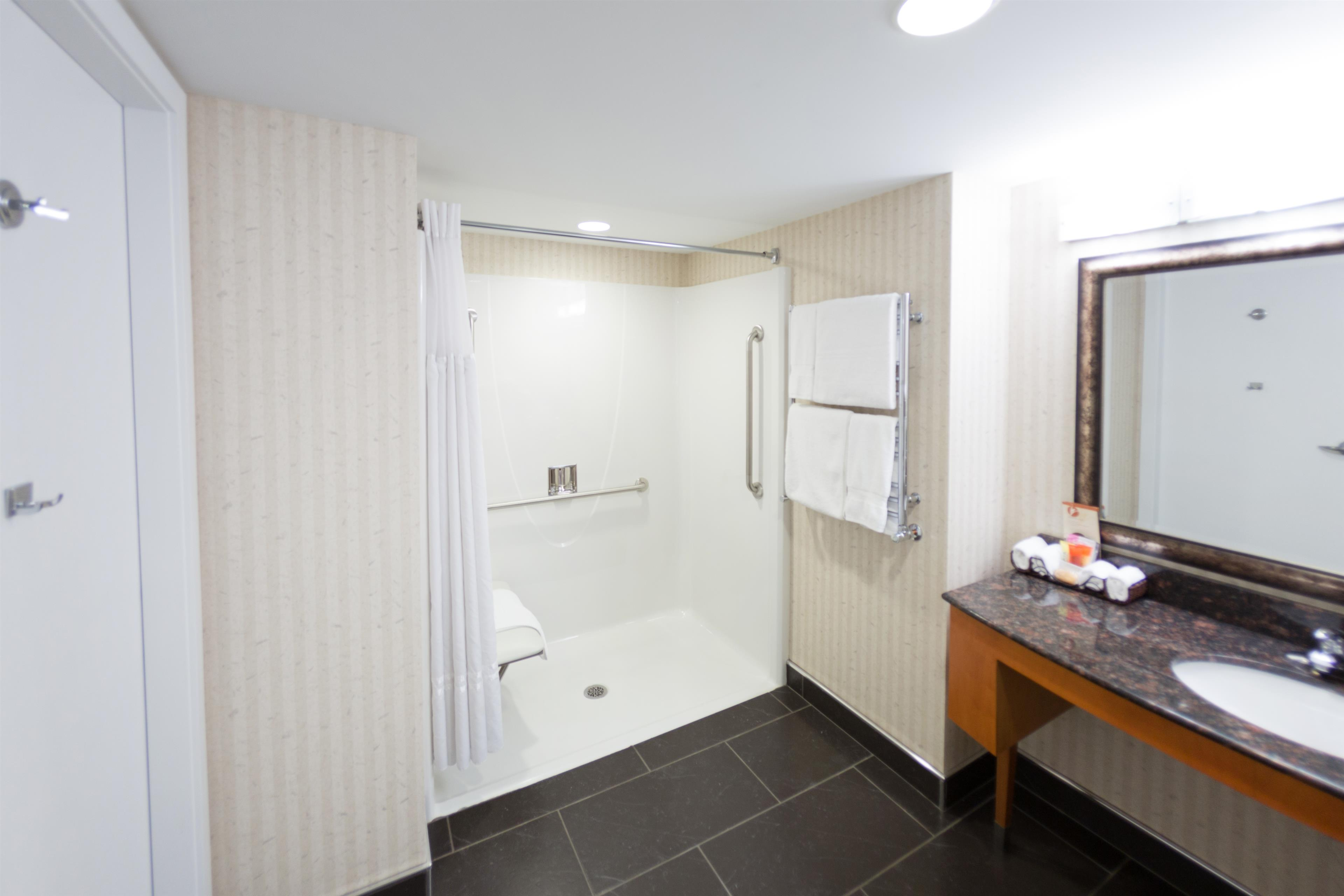 Best Western Plus Kelowna Hotel & Suites in Kelowna: Wheelchair accessible bathroom king