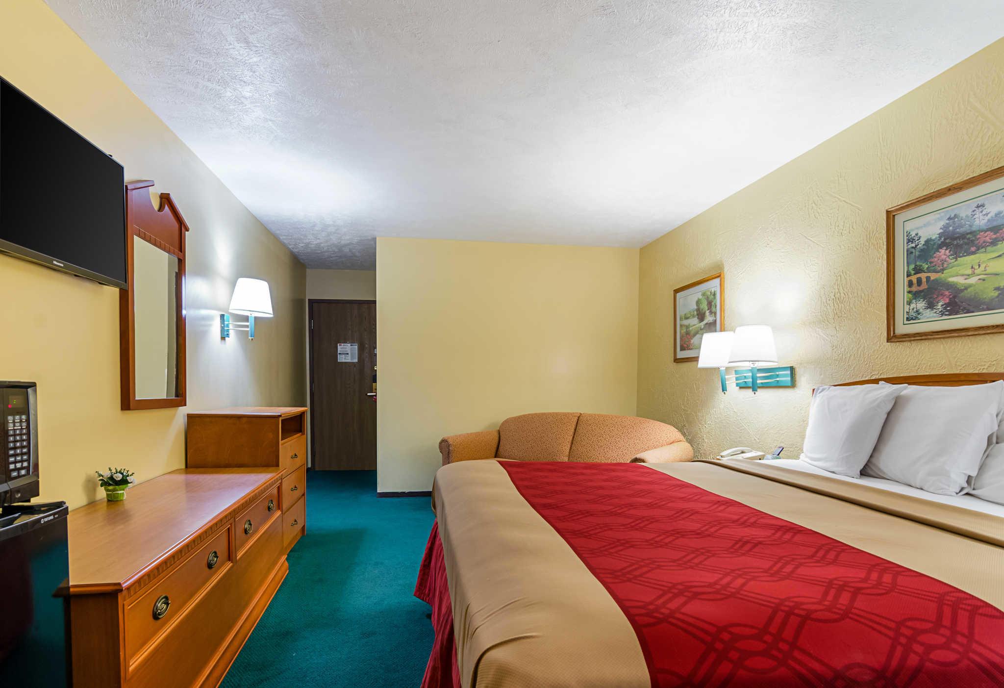 Econo Lodge Lansing - Leavenworth image 12