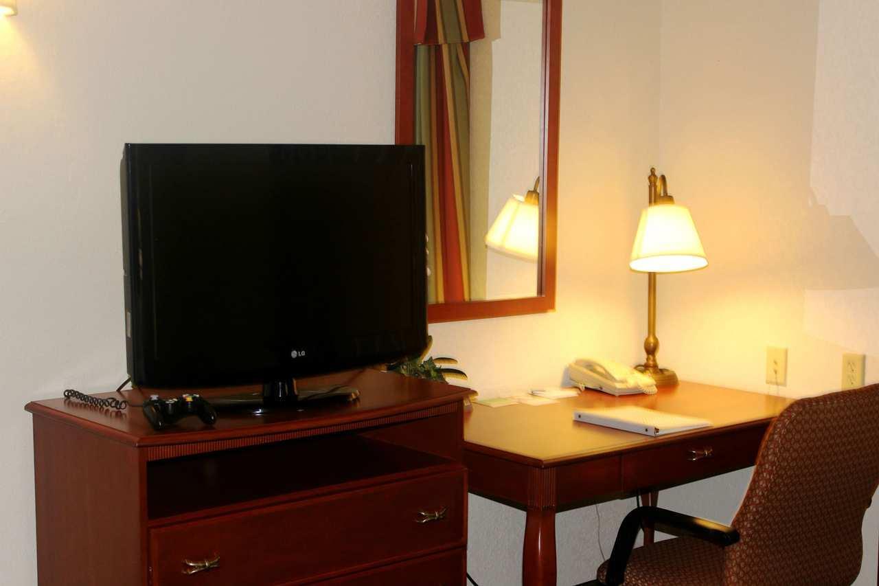 Hampton Inn & Suites Greenfield image 23