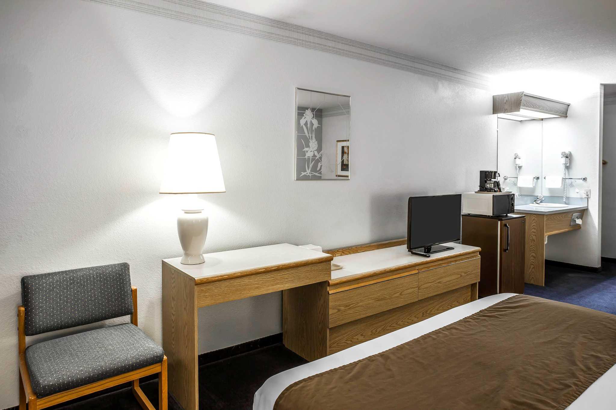 Econo Lodge image 14