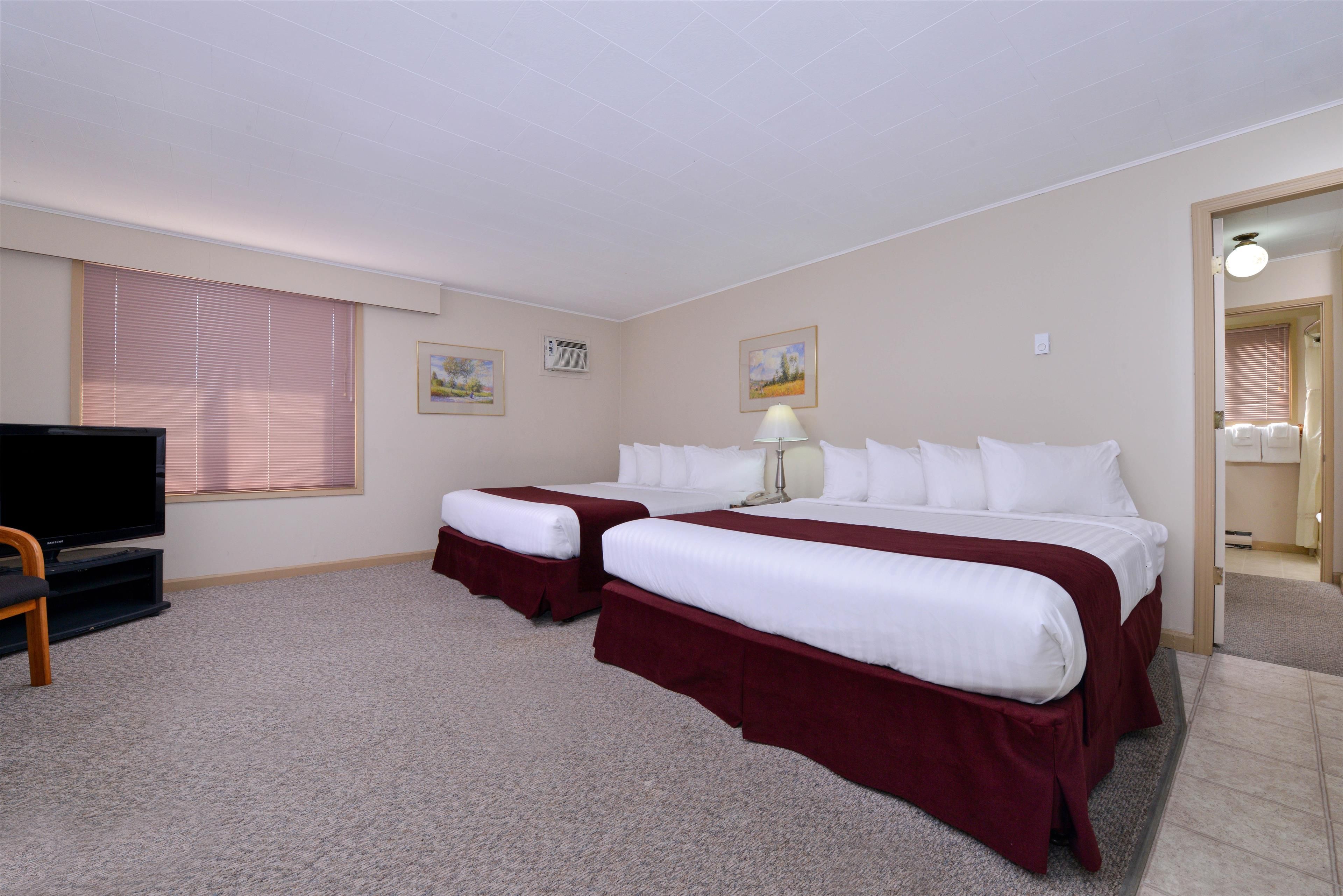 Canadas Best Value Inn & Suites Vernon in Vernon: Four King Beds Deluxe Suite