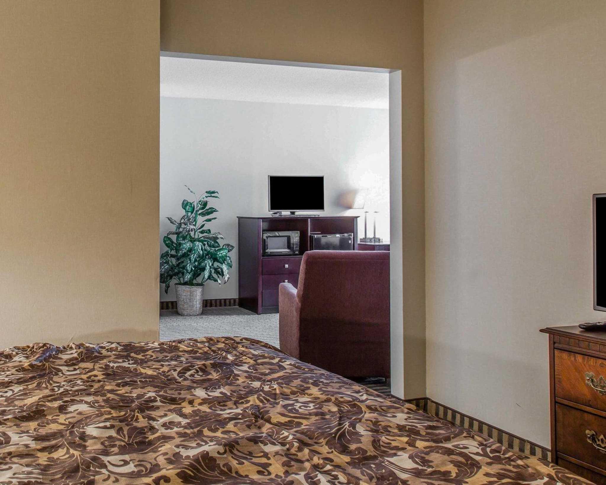 Rodeway Inn & Suites Bradley Airport image 19