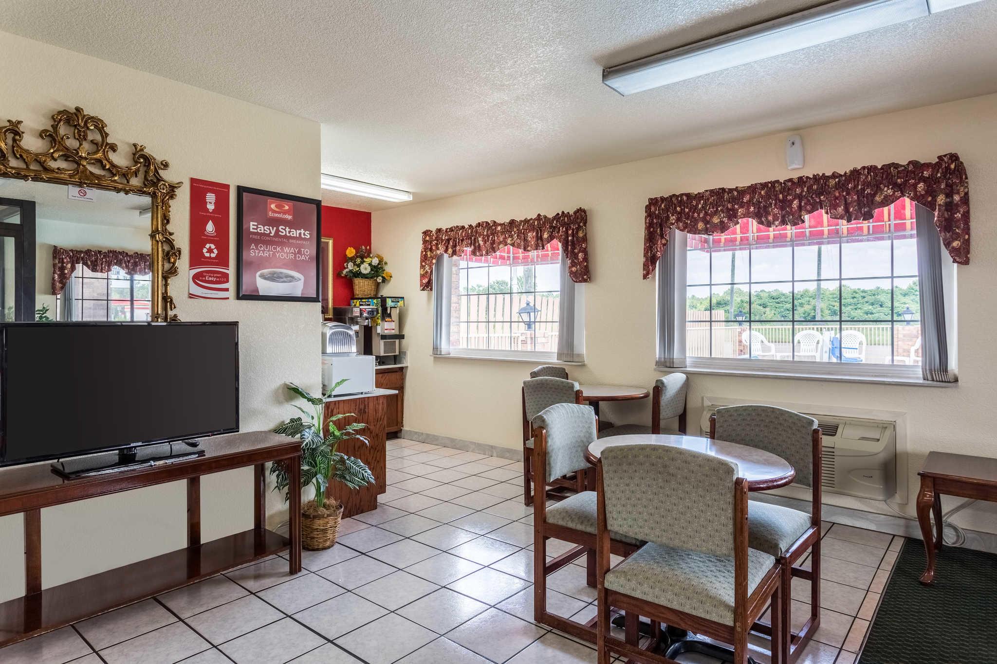 Econo Lodge & Suites image 7