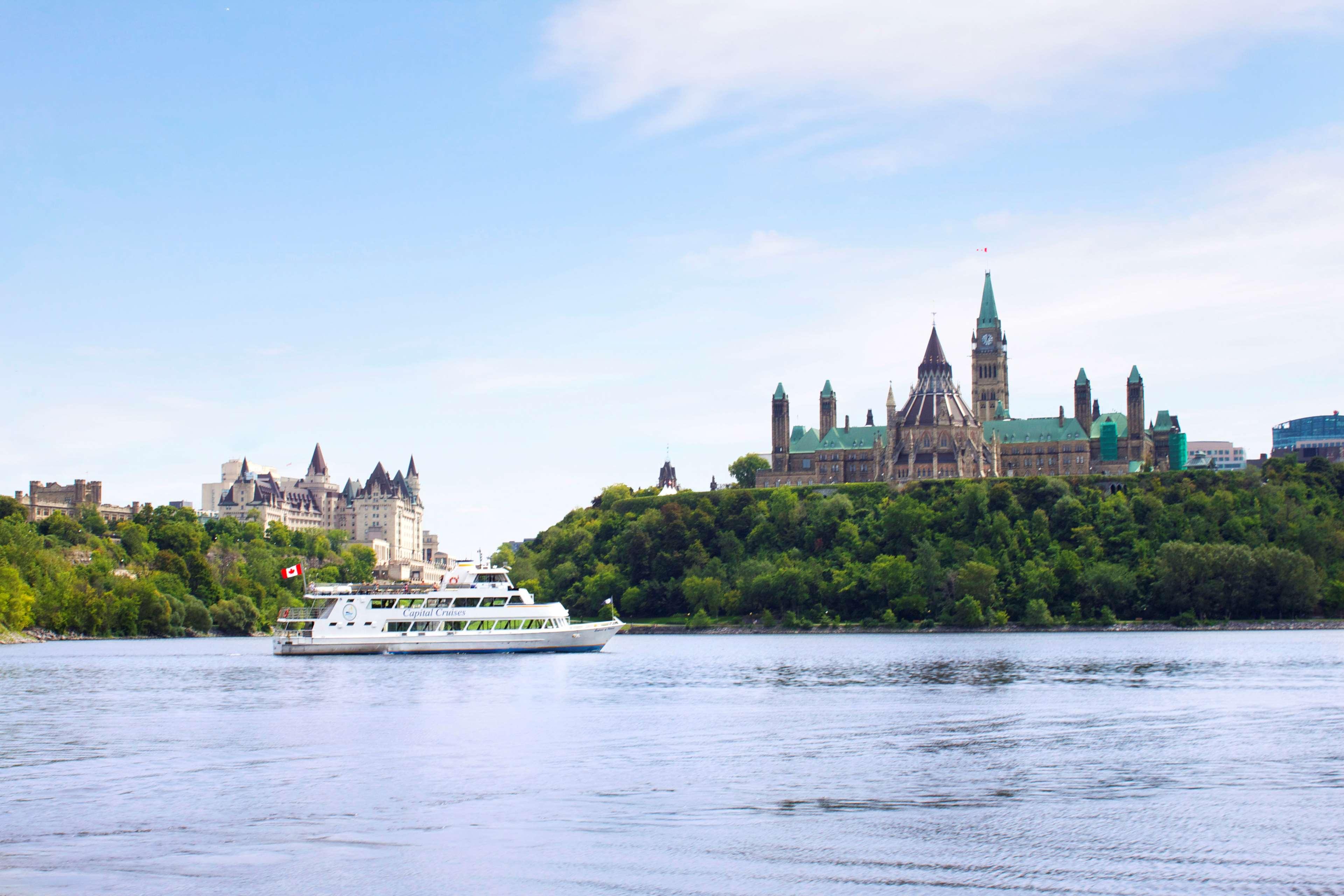 Four Points by Sheraton Hotel & Conference Centre Gatineau-Ottawa à Gatineau: Cruising on the Ottawa River