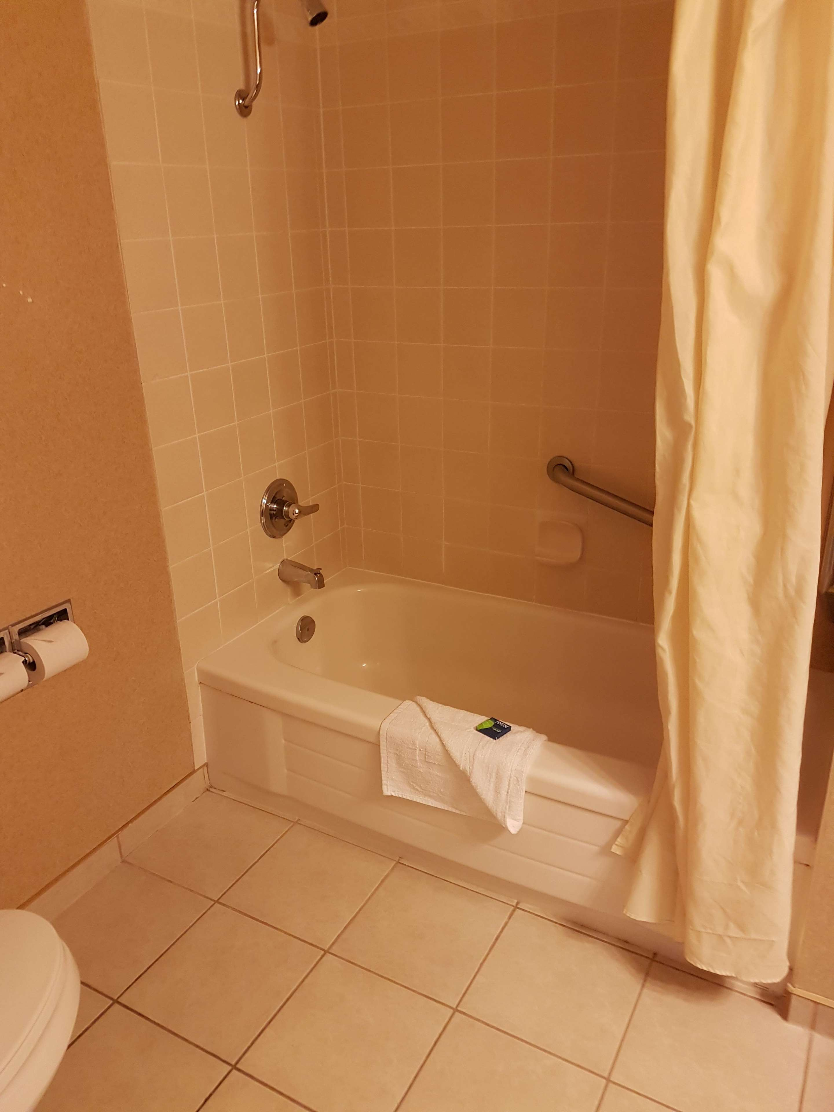 SureStay Plus Hotel by Best Western Coquitlam in Coquitlam: Mobility Accessible Bathroom
