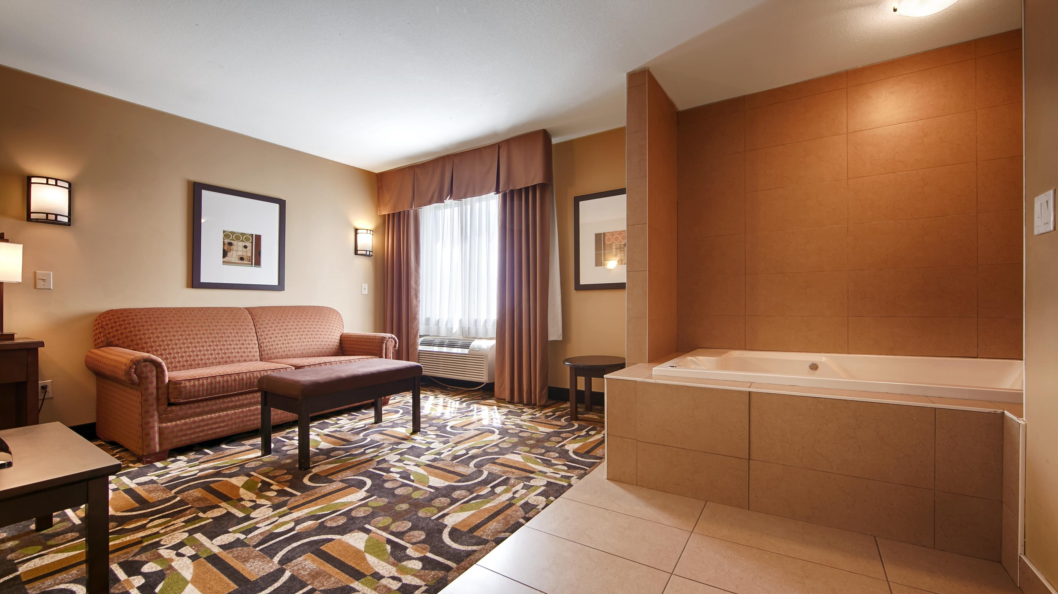 Best Western Maple Ridge Hotel in Maple Ridge: King Suite - Jacuzzi®