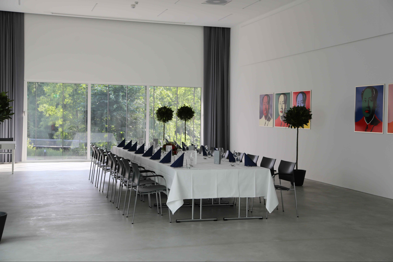 Unser Salon wird flexibel genutzt: als Ausstellungsraum, für standesamtliche Hochzeiten, für Pressekonferenzen, Dinners, etc. Überzeugen Sie sich selbst.
