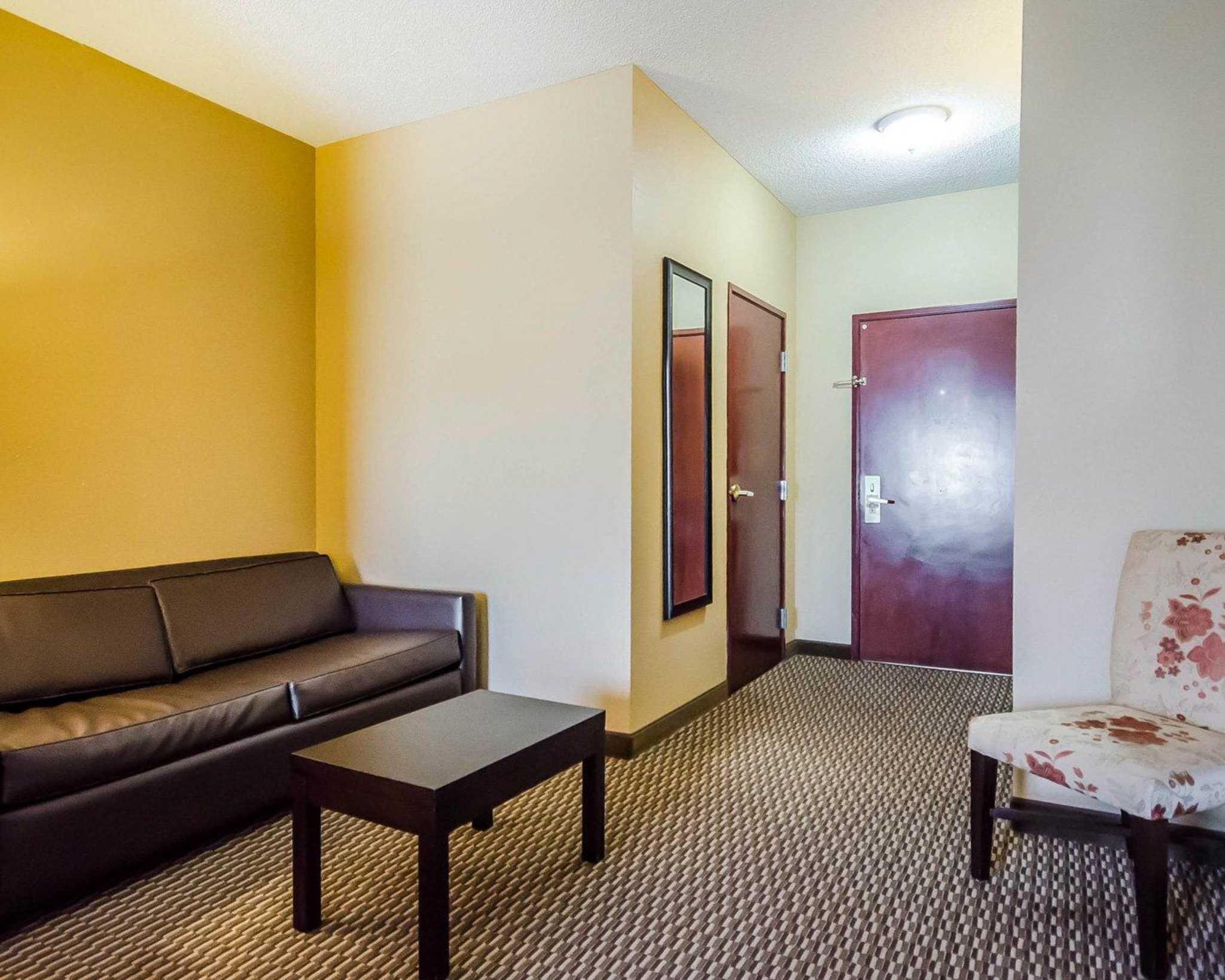 Quality Suites image 22
