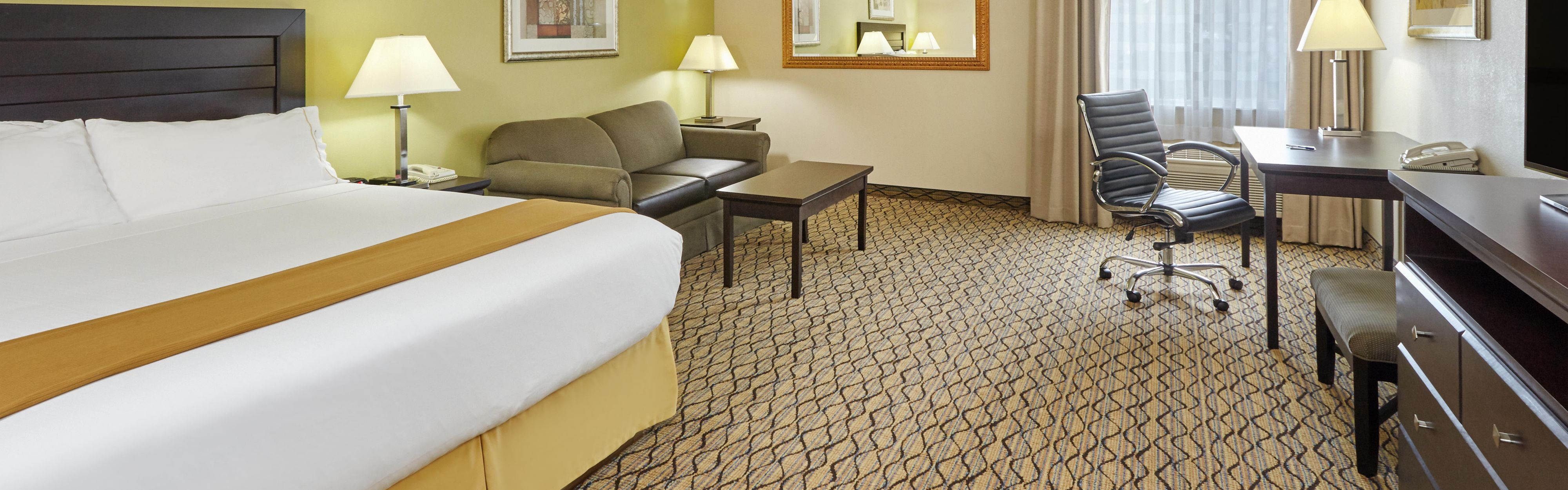 Holiday Inn Express & Suites Chicago-Libertyville image 1