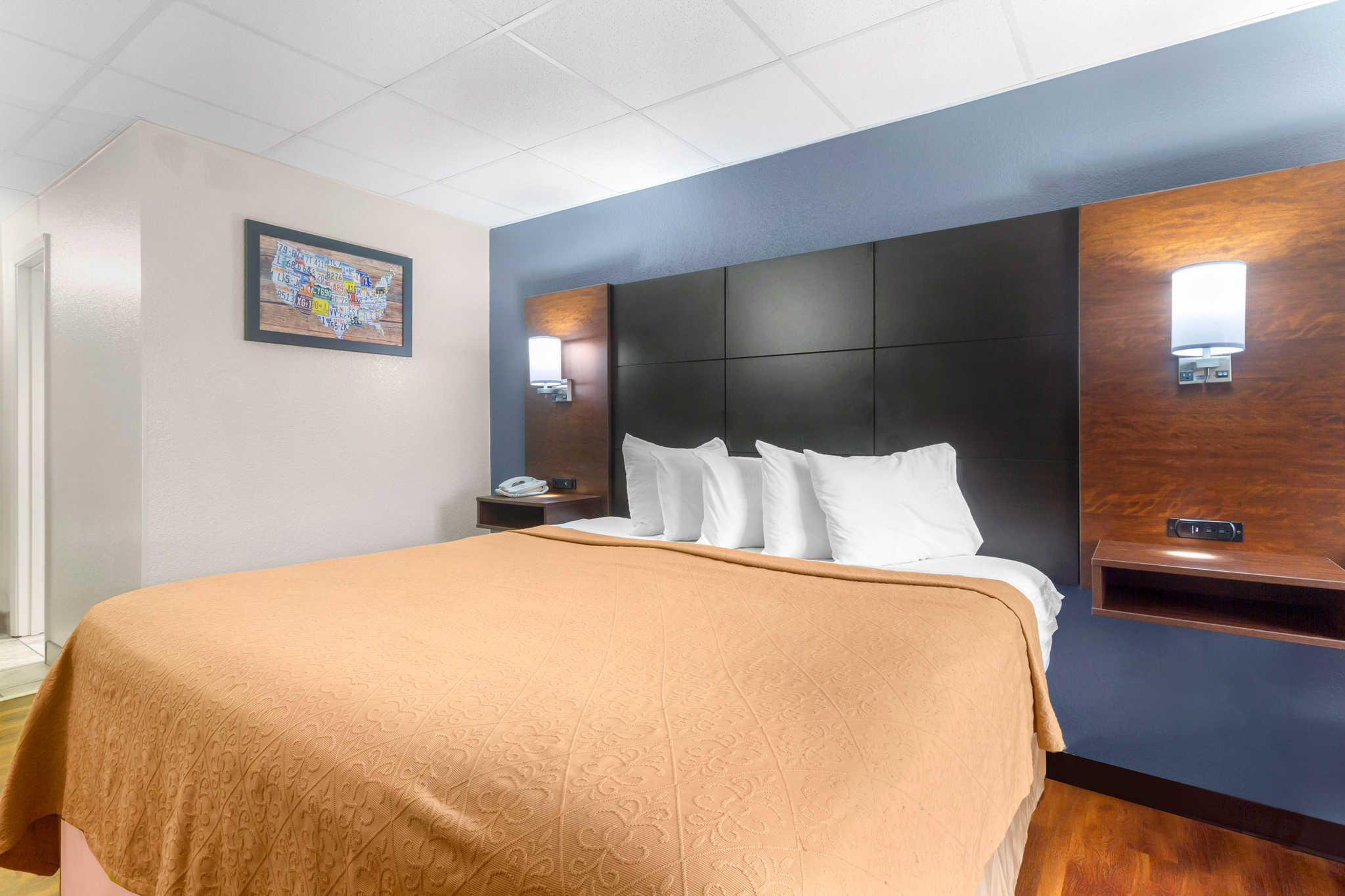 Econo Lodge Inn & Suites at the Convention Center image 9