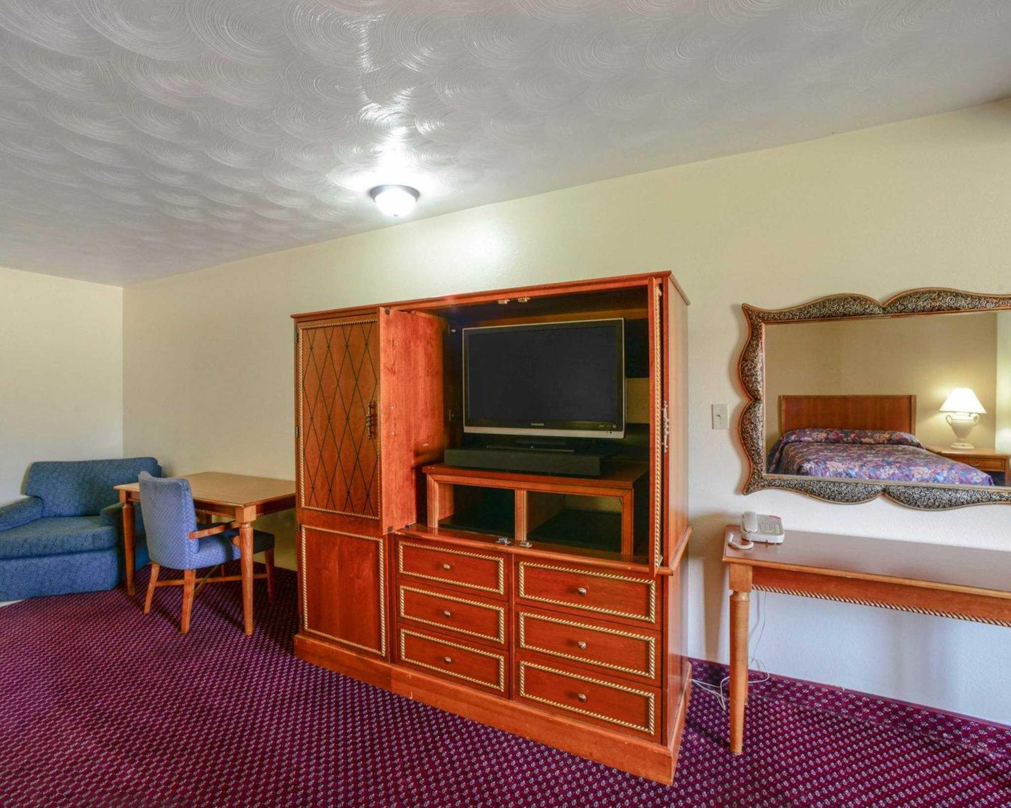 Econo Lodge  Inn & Suites image 2