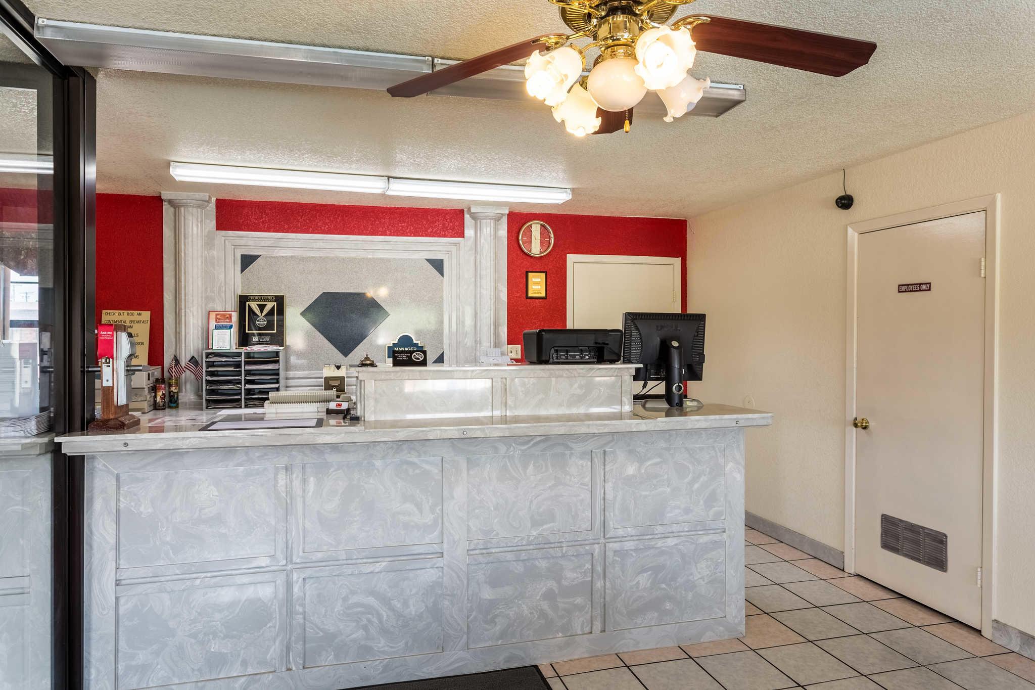 Econo Lodge & Suites image 5
