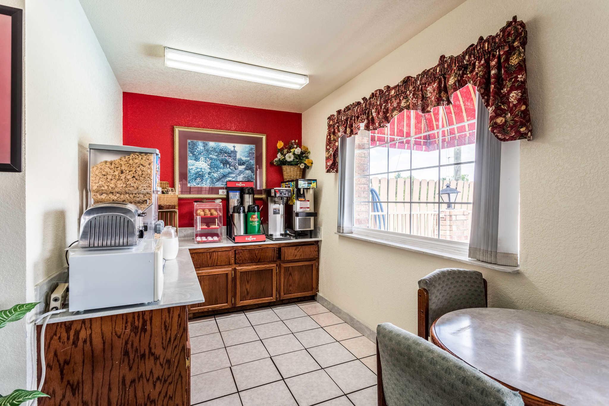 Econo Lodge & Suites image 22