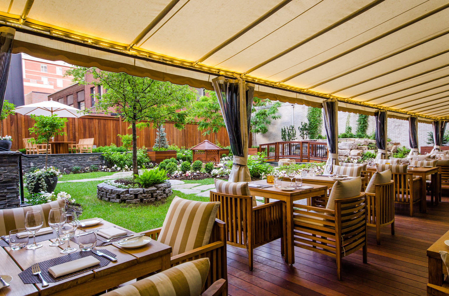 The Ritz-Carlton, Montreal à Montreal: Traditional French culinary roots meet elevated standards of hospitality at Maison Boulud, an innovative French restaurant located in the Ritz-Carlton Montreal. With a noted affinity for local and artisanal products, Chef Daniel Boulud enchants diners with his imaginative French dishes, elegantly served in the casually elegant restaurant, private dining room or romantic outdoor dining area overlooking the garden.