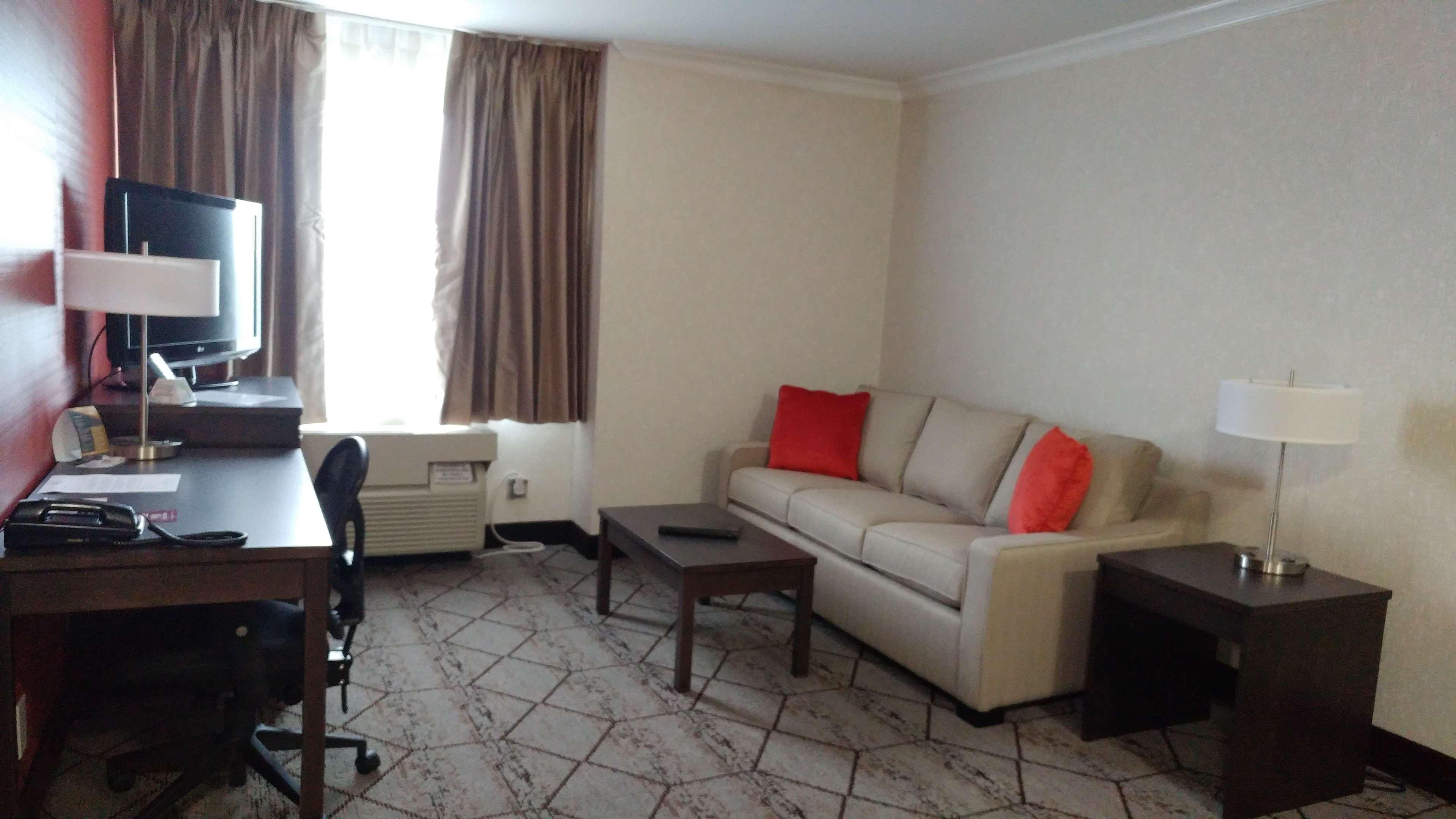 Best Western Plus Rose City Suites in Welland: Guest Room