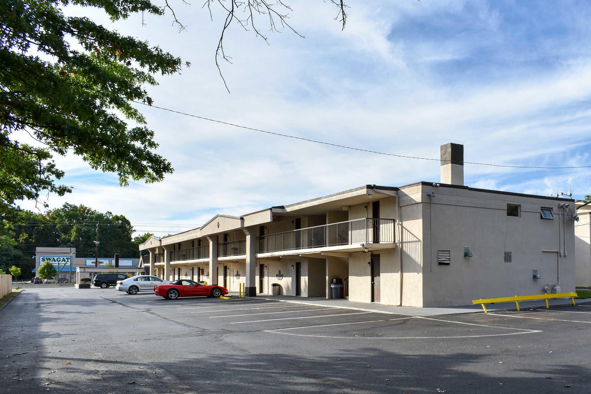 Econo Lodge Inn & Suites - Closed image 7