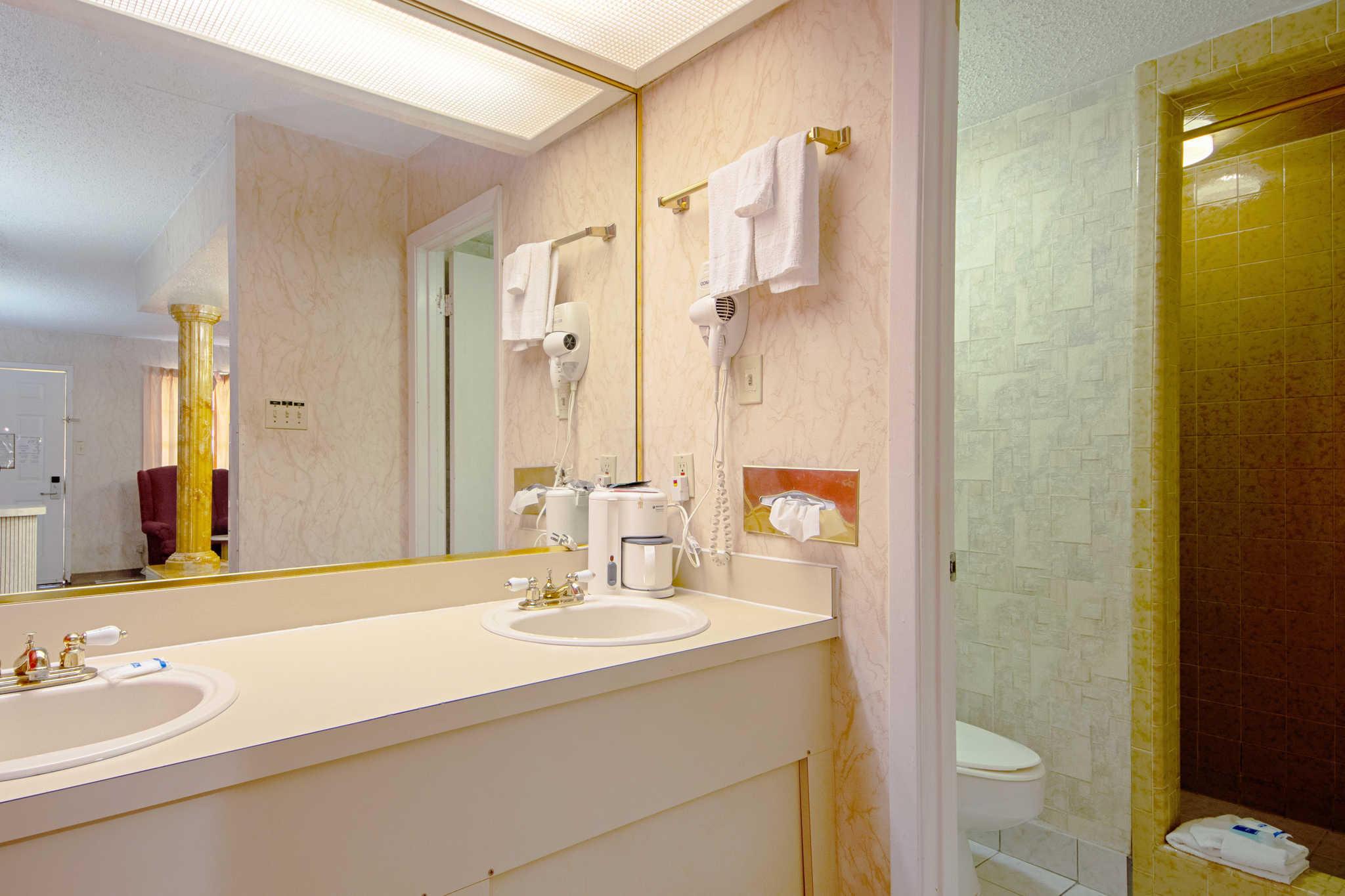 Rodeway Inn & Suites image 44