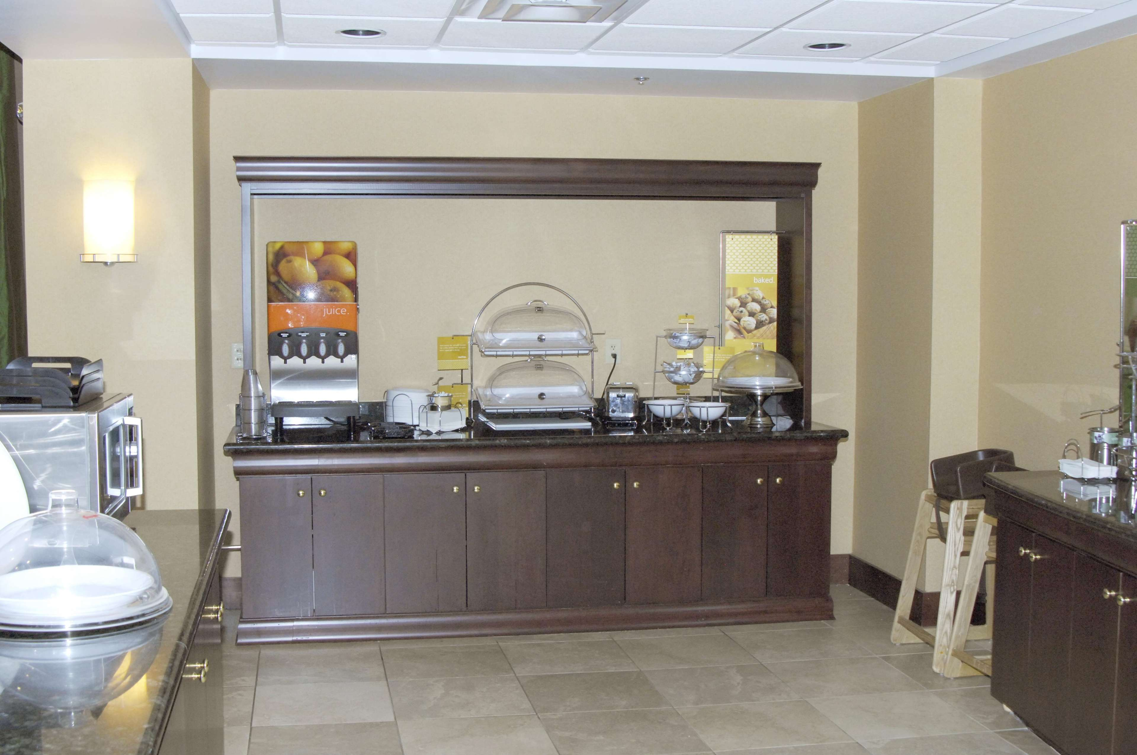 Hampton Inn & Suites Dayton-Airport image 6