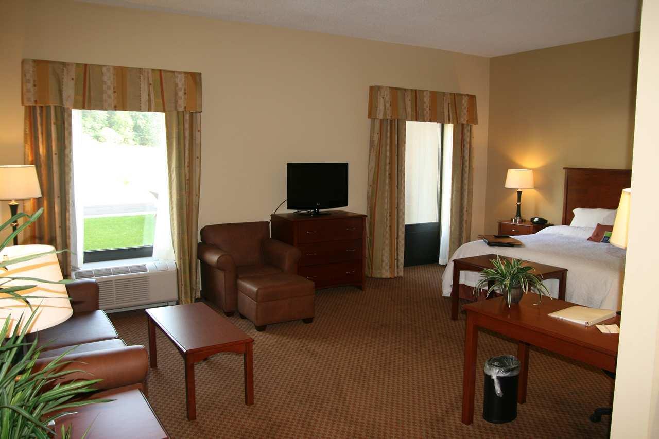Hampton Inn & Suites Warren image 14