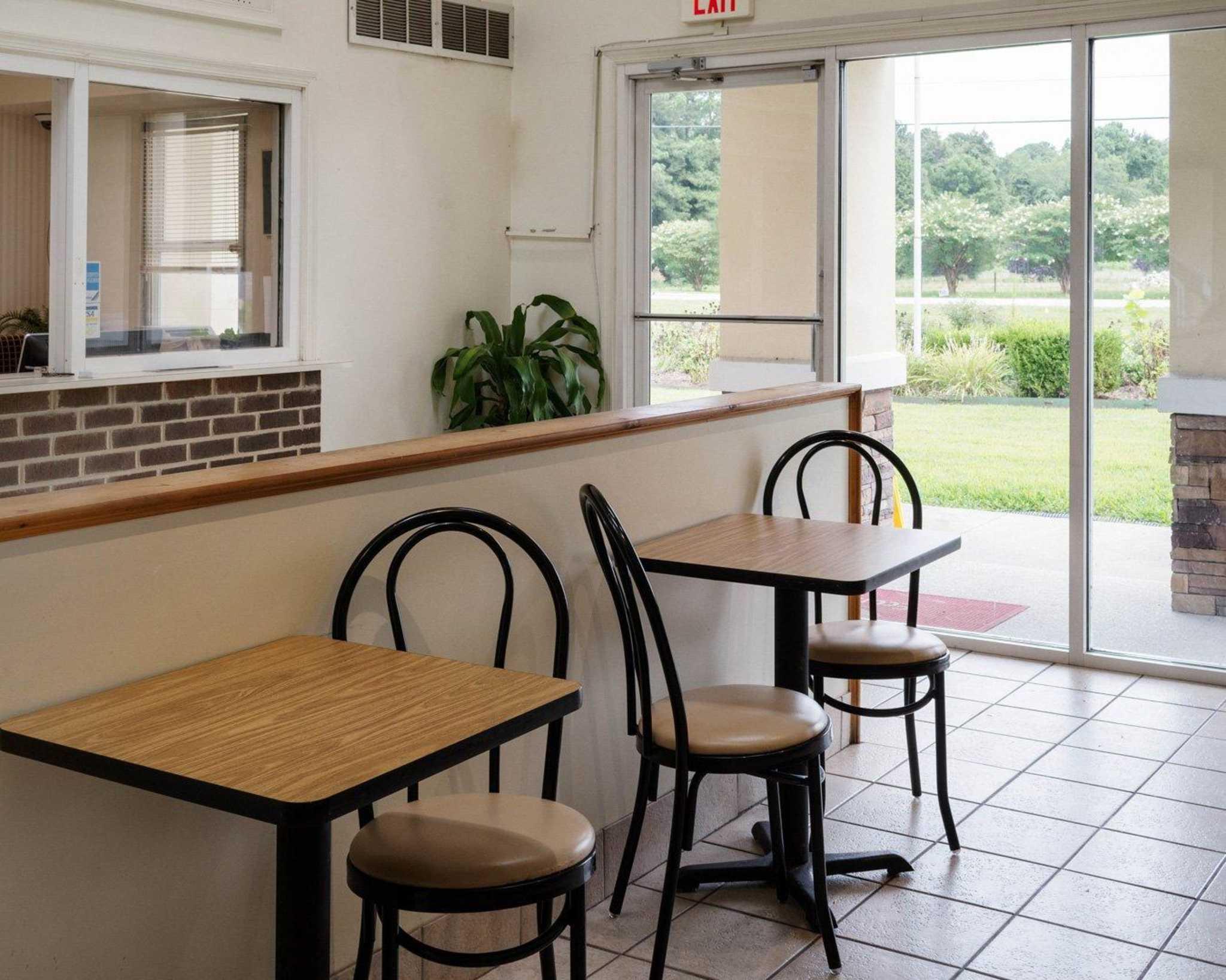 Econo Lodge Inn & Suites Carrollton Smithfield image 17