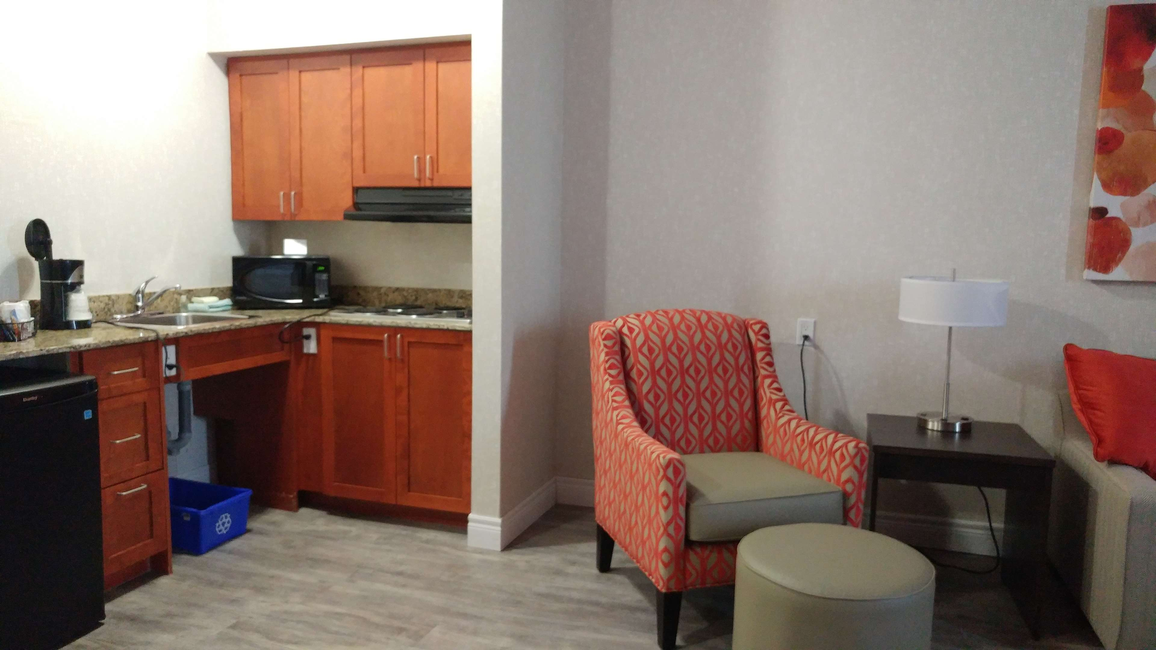 Best Western Plus Rose City Suites in Welland: Accessible Kitchenette