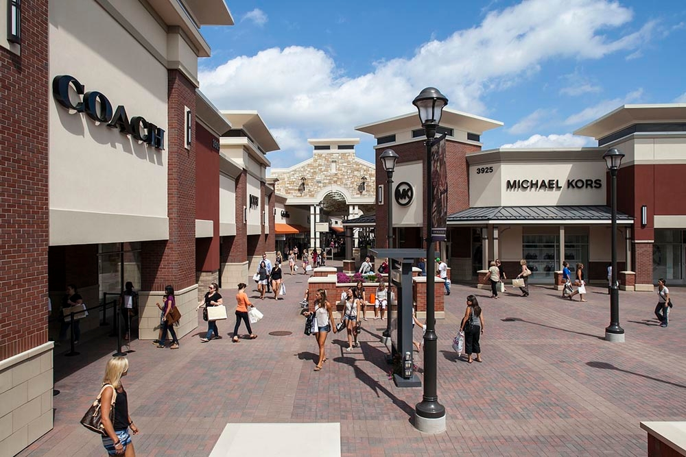 Whether you want to get great deals at outlet stores or check out the many attractions and adventures at the Mall of America, Minnesota is a great place to be. In addition to amazing shopping, you will find many awesome attractions in Minnesota, including the Nickelodeon Universe and the Minnesota Aquarium.