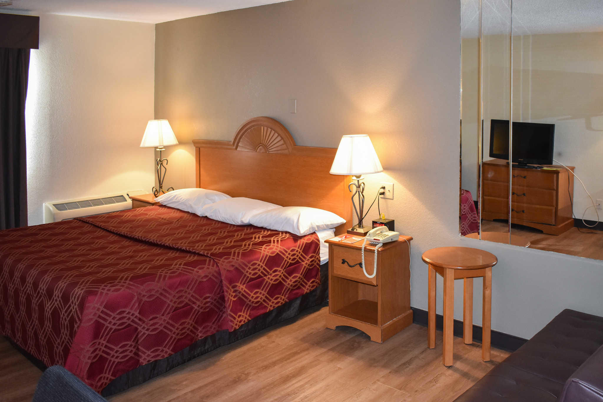 Econo Lodge Inn & Suites - Closed image 15