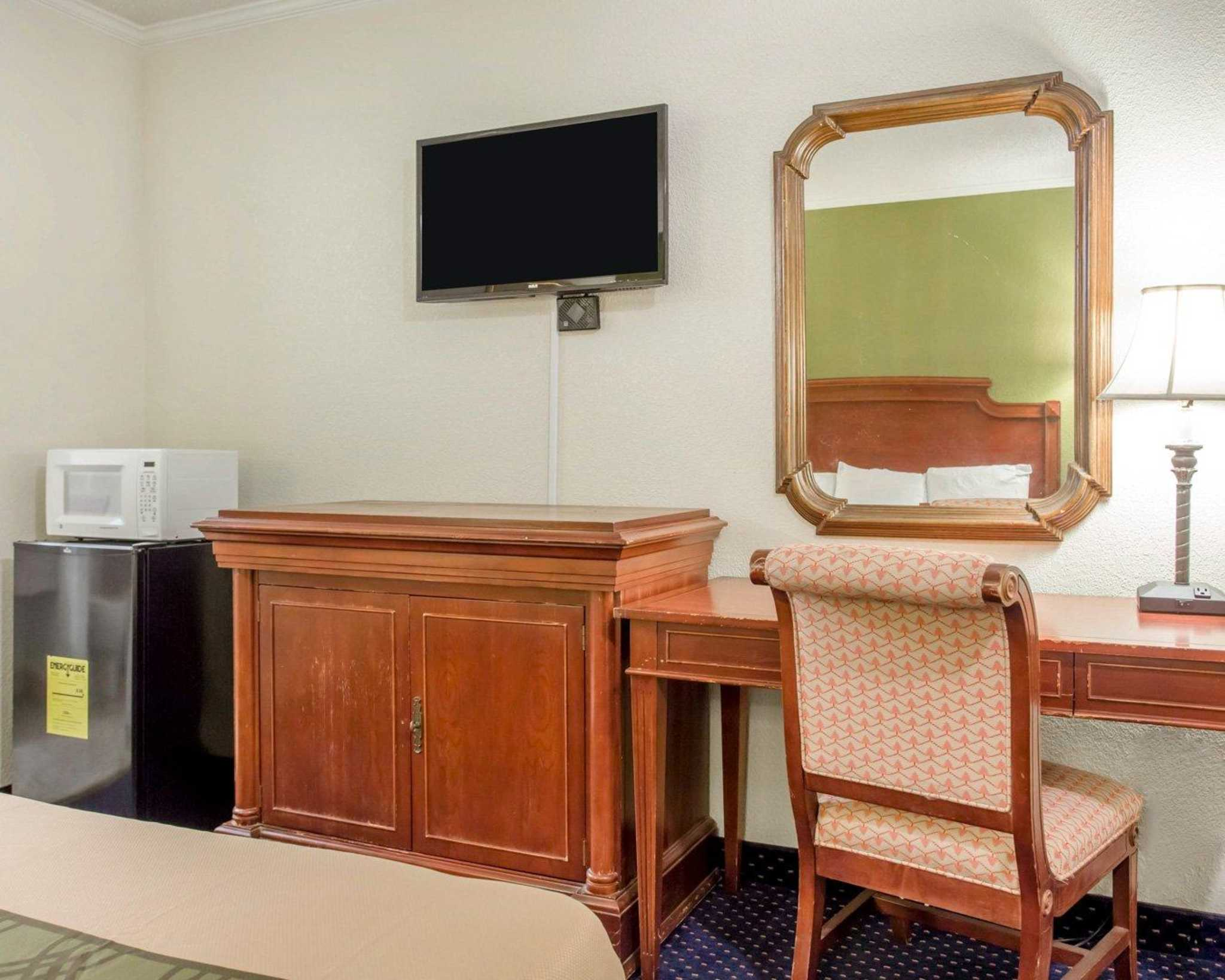 Rodeway Inn & Suites Fort Jackson image 4