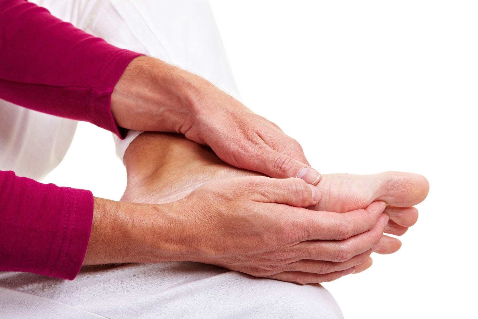 острая боль в суставах больших пальцев рук и ног