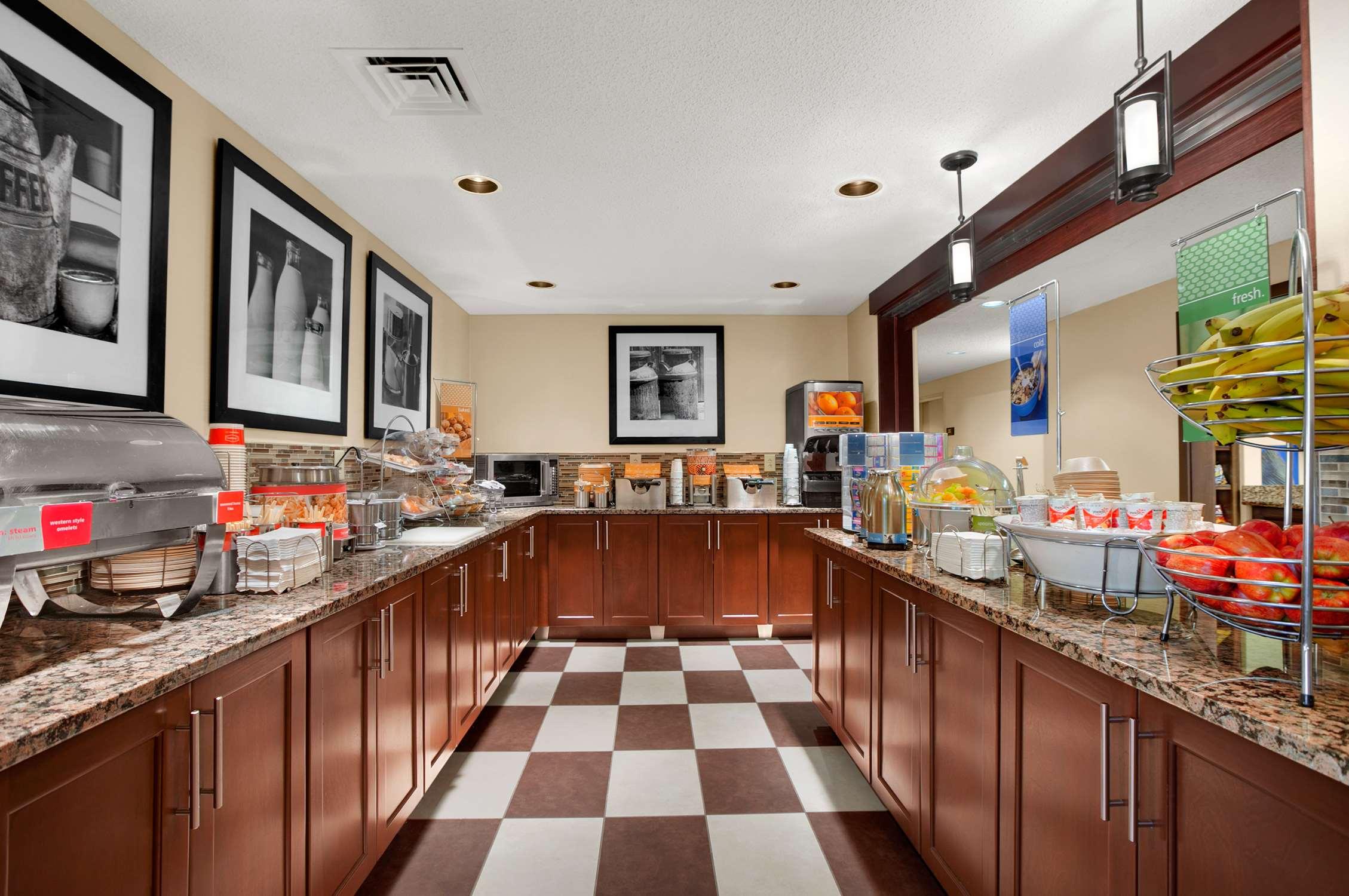 Hampton Inn & Suites Newport News (Oyster Point) image 9