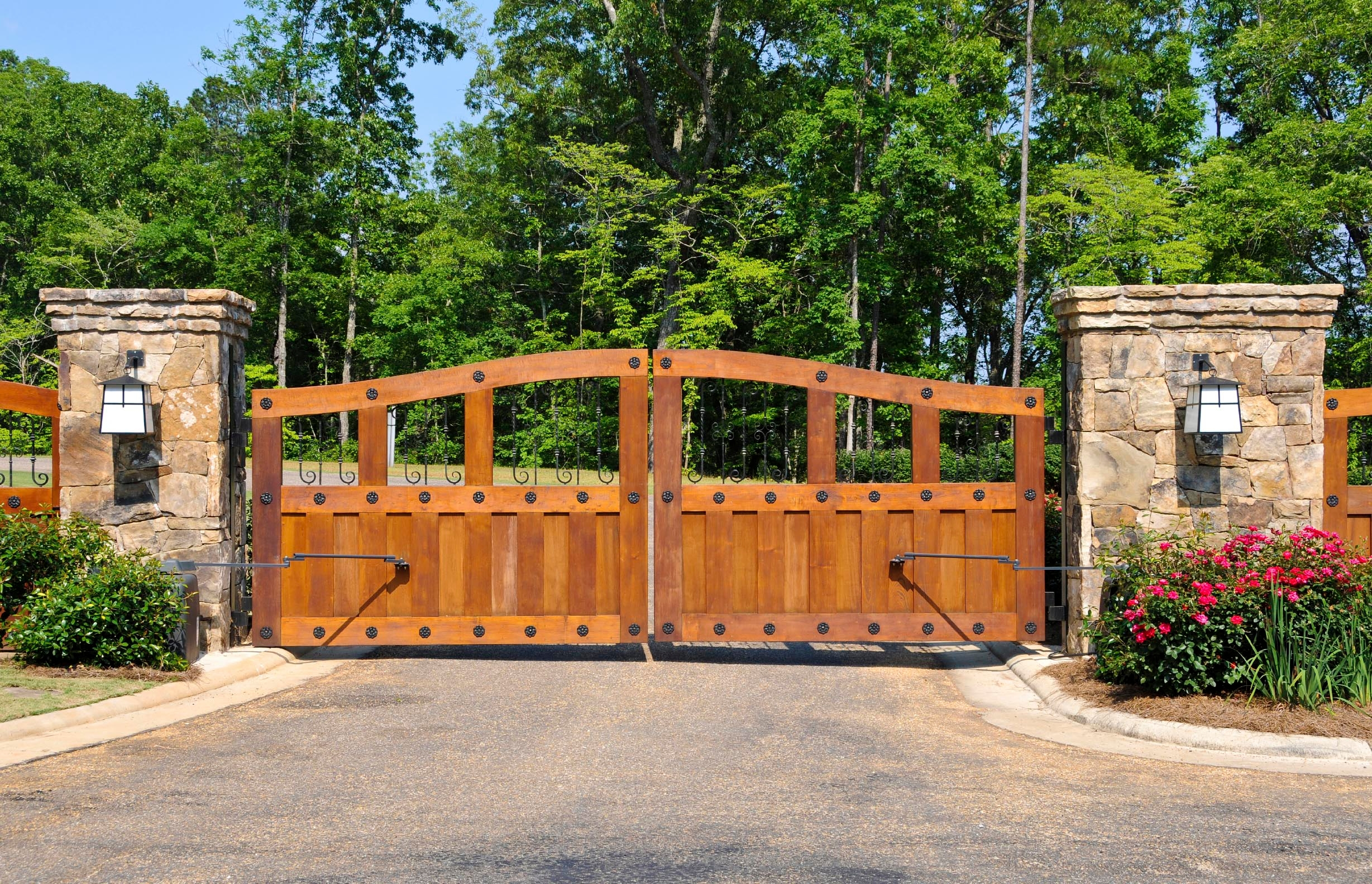 Lone Legacy Automatic Gates At 3333 Lee Parkway Dallas