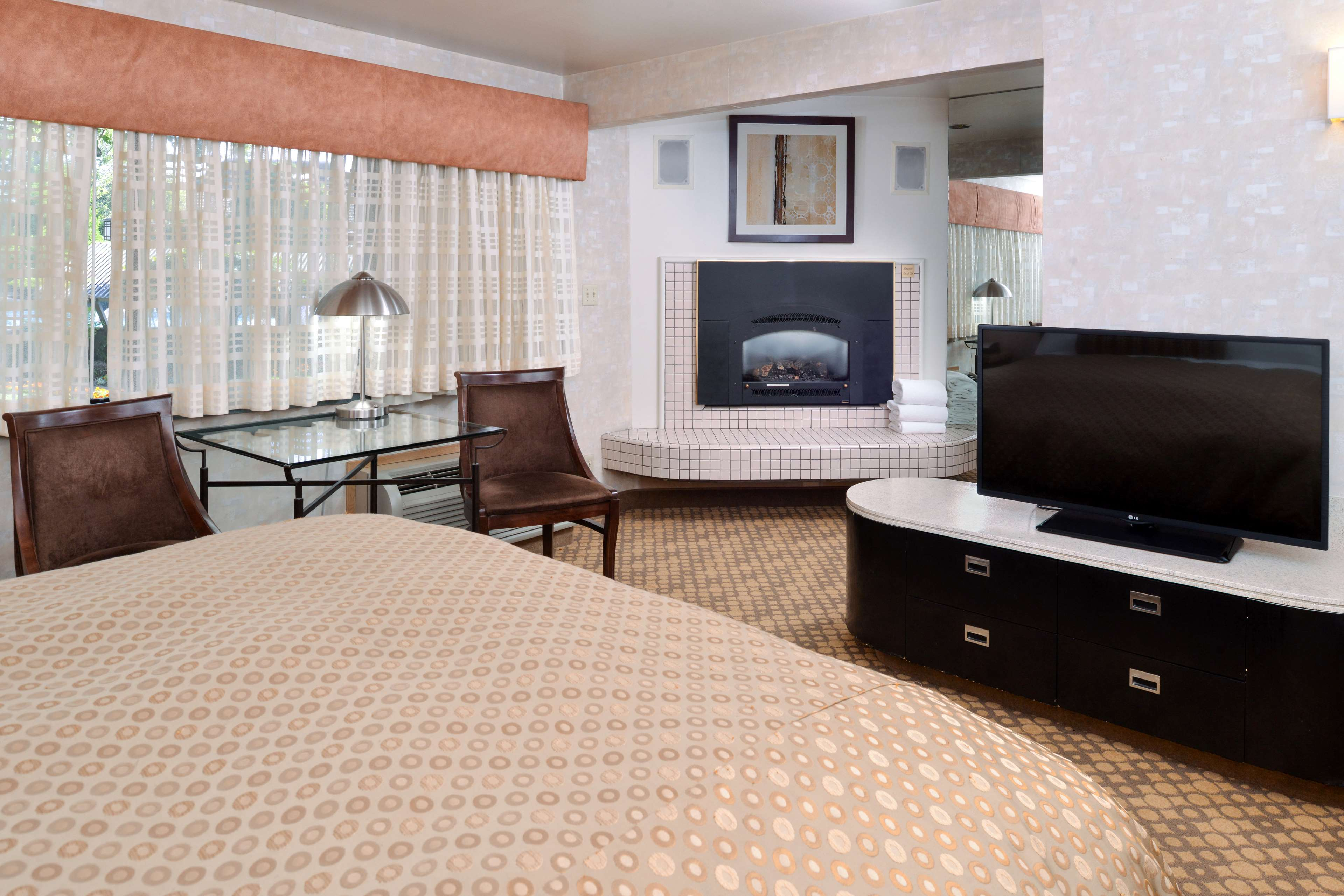 King Guest Room - Fireplace, Whirlpool