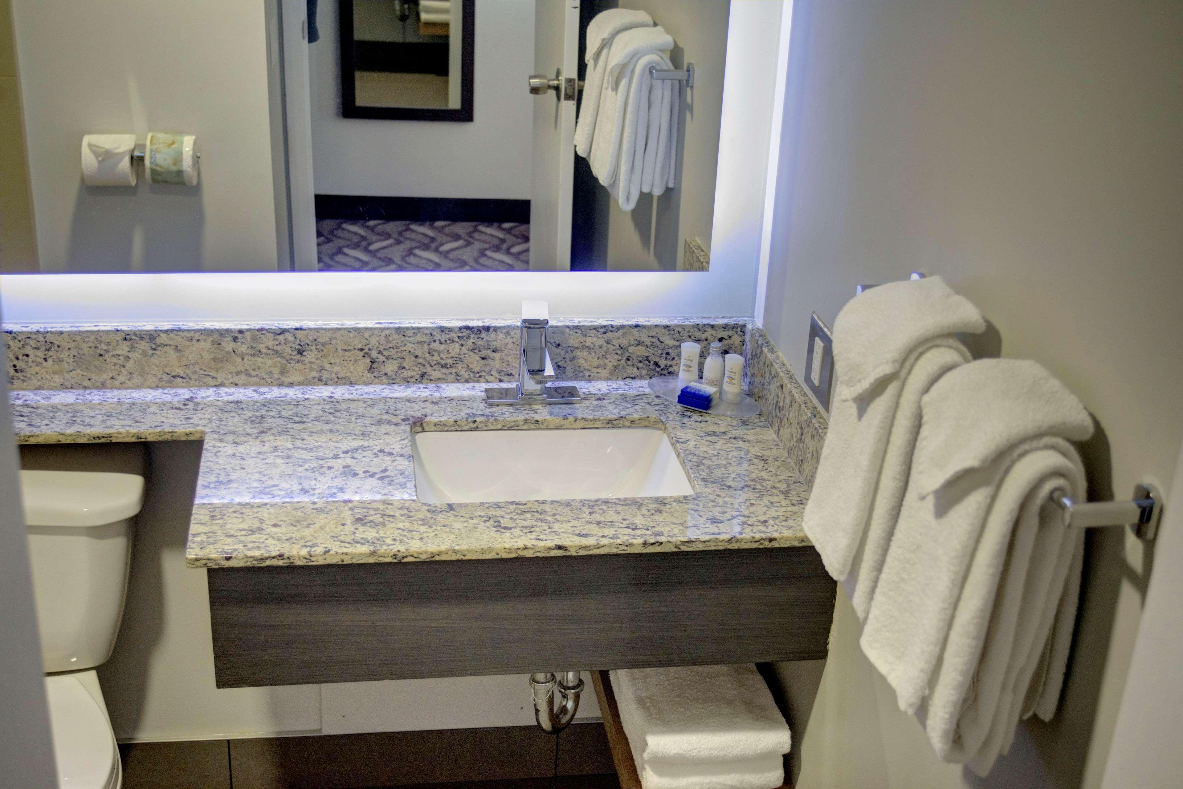 Best Western Airdrie in Airdrie: Bathroom
