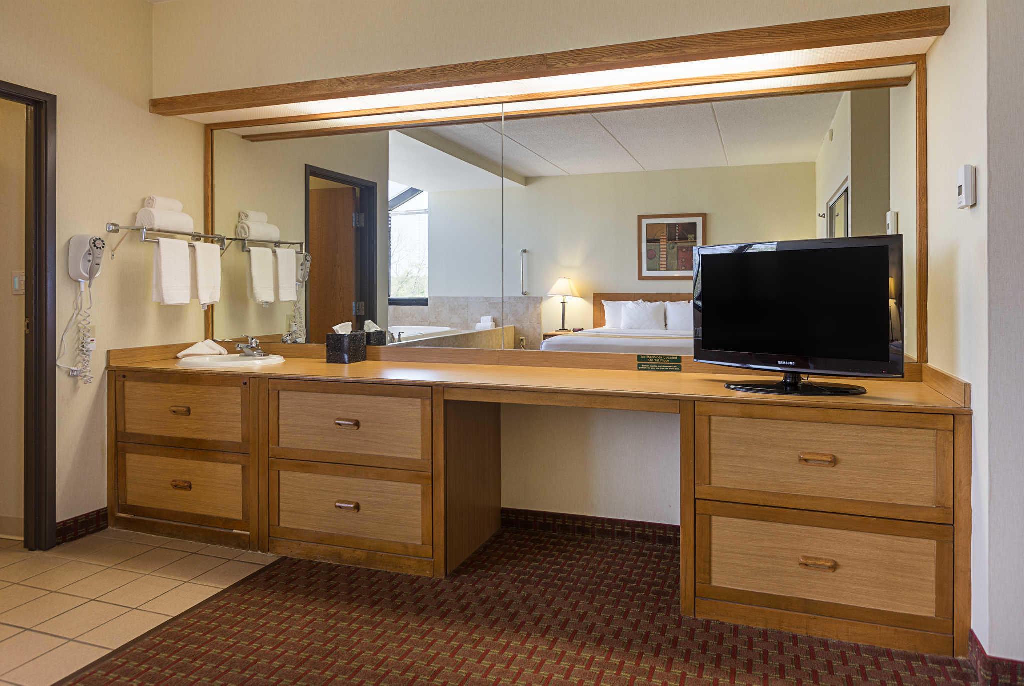 Quality Suites image 26