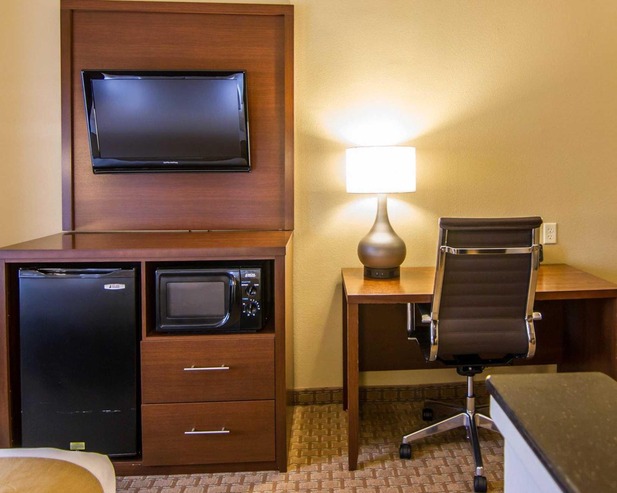 Comfort Suites Marshall image 32