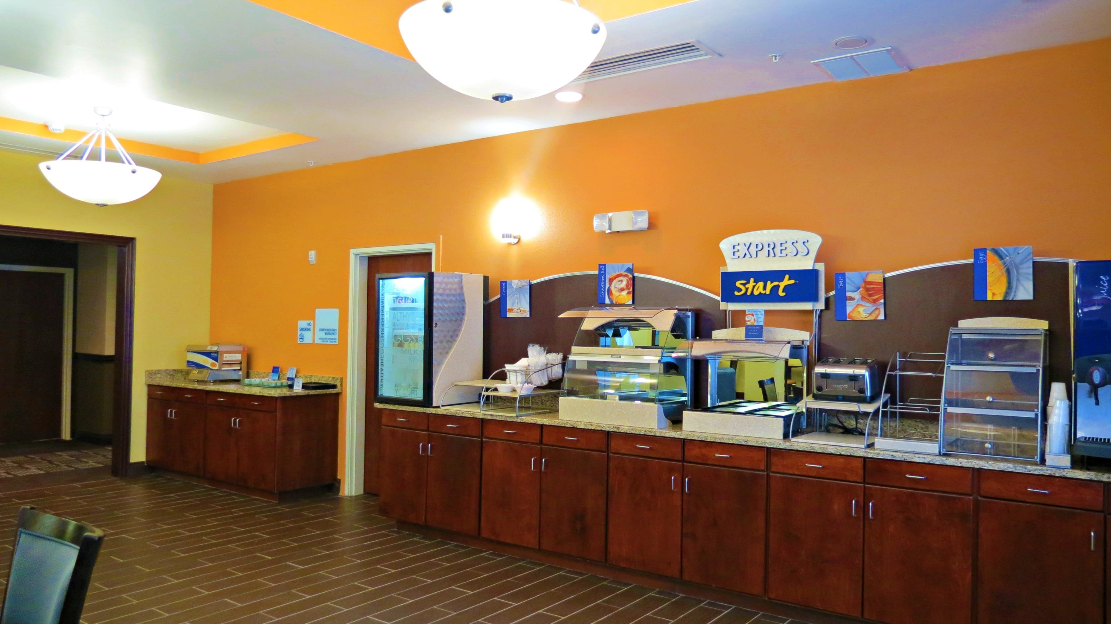 Holiday Inn Express & Suites image 6
