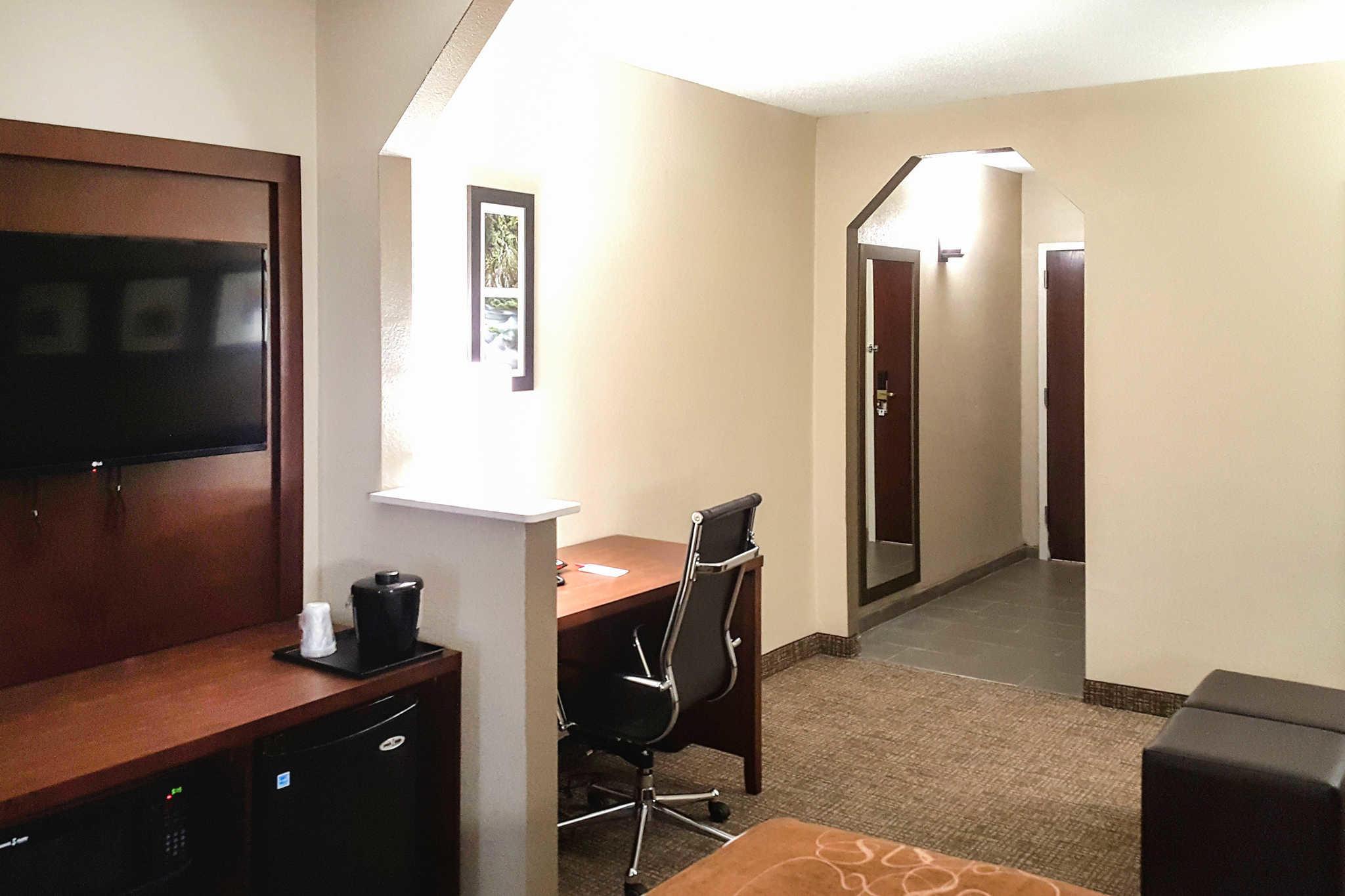 Comfort Suites Airport image 11