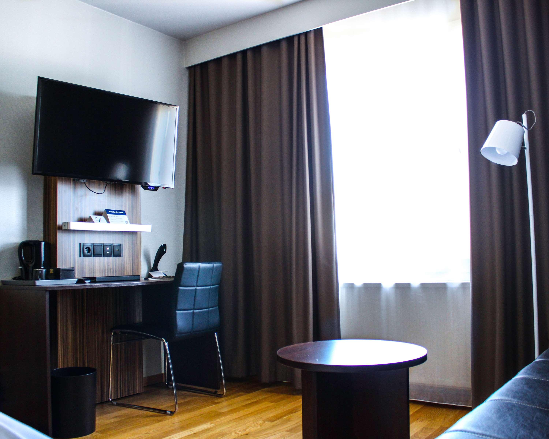 Single Room Desk/Window